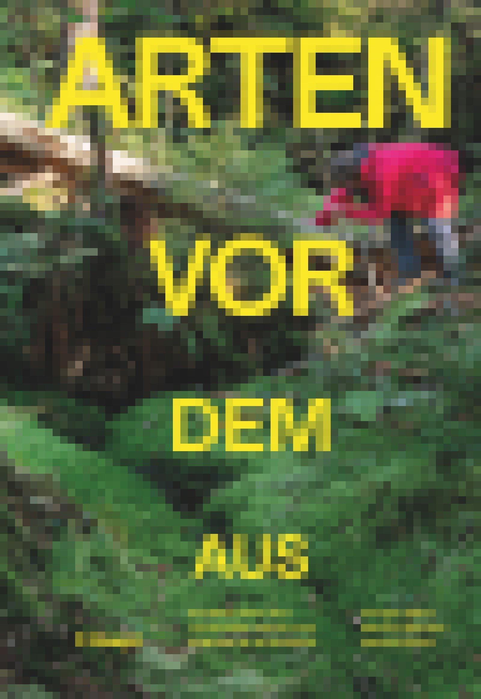 Auf dem Buchcover ist eine Frau in roter Regenjacke zu sehen, die sich in einem Wald über einen umgestürzten Baum beugt und etwas auf dem Boden ansieht.