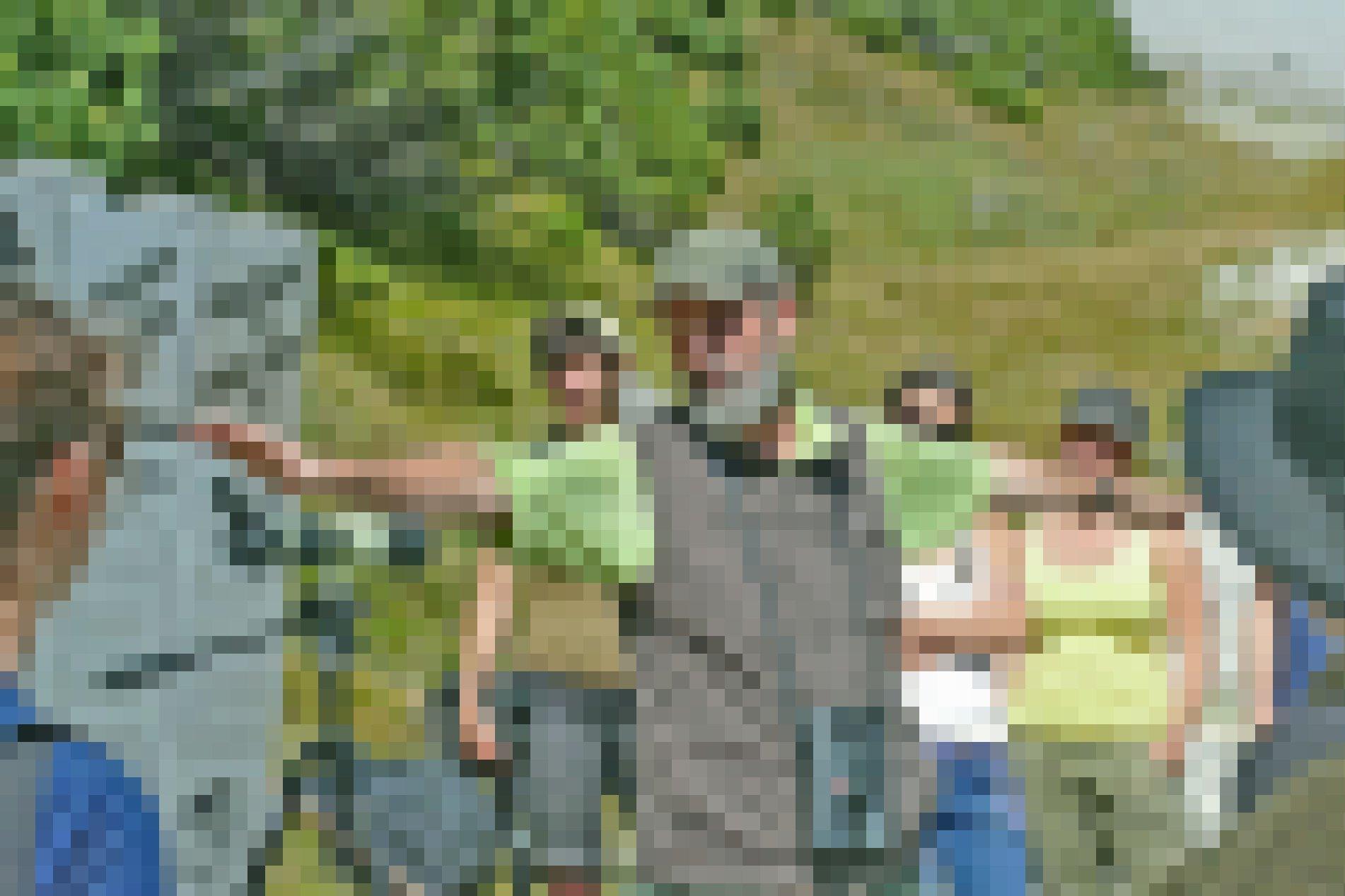 Klaus Robin, ehemaliger Direktor des Schweizerischen Nationalparks, demonstriert den Segelflug des Bartgeiers. Rundherum stehen Studentinnen und Studenten.