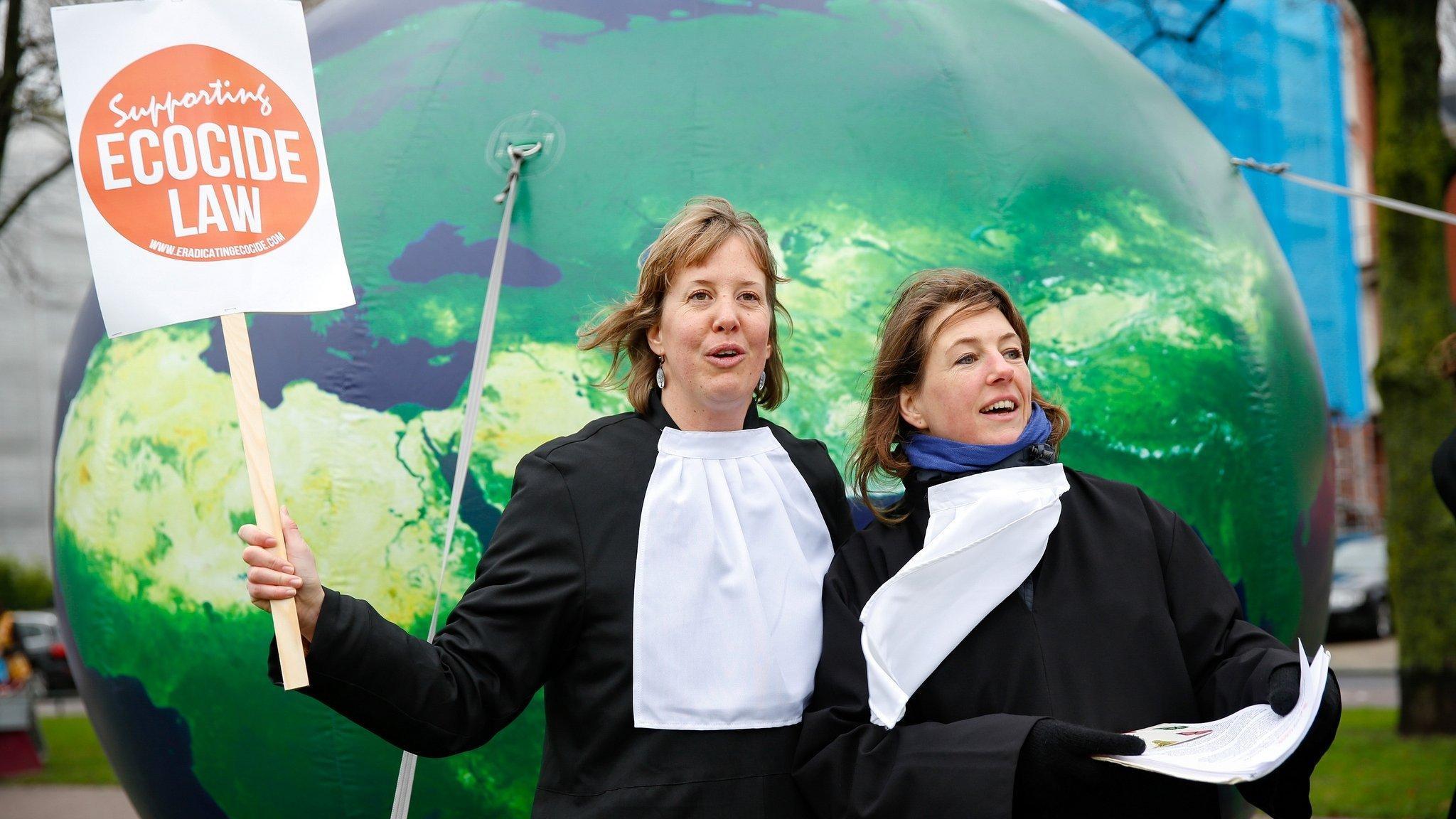 Zwei Demonstrantinnen in Richterroben setzen sich auf der Klimaparade in Amsterdam für ein globales Umweltrecht ein, 2015