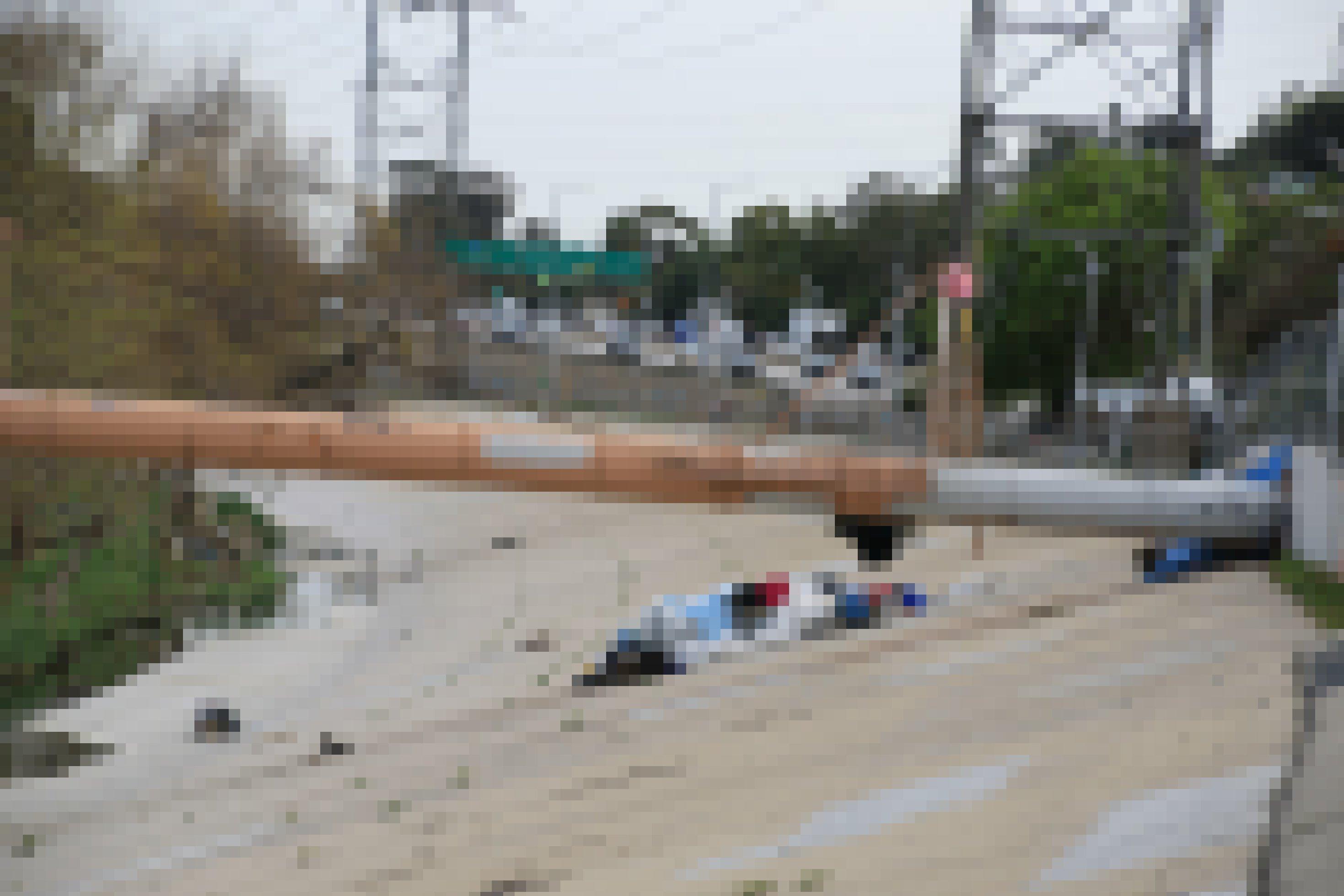 Müll türmt sich an einem Fluss-Ufer.