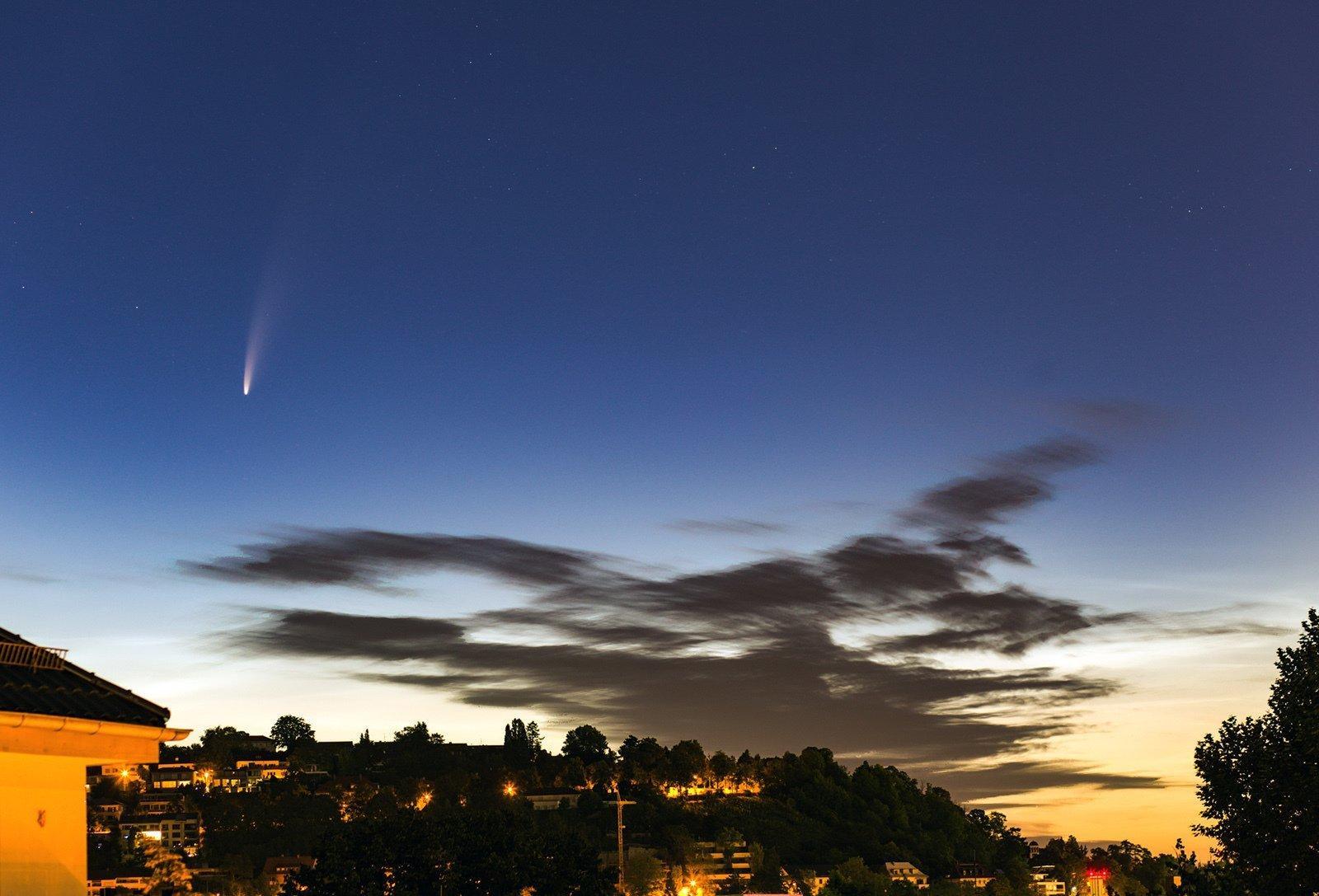 Der Komet C2020F3NEOWISE am Dämmerungshimmel über Stuttgart am 20Juli 2020.