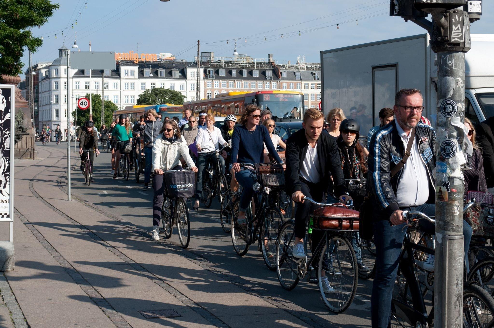 Hauptverkehrsstraße mit einem Pulk aus vielen Fahrradfahrern