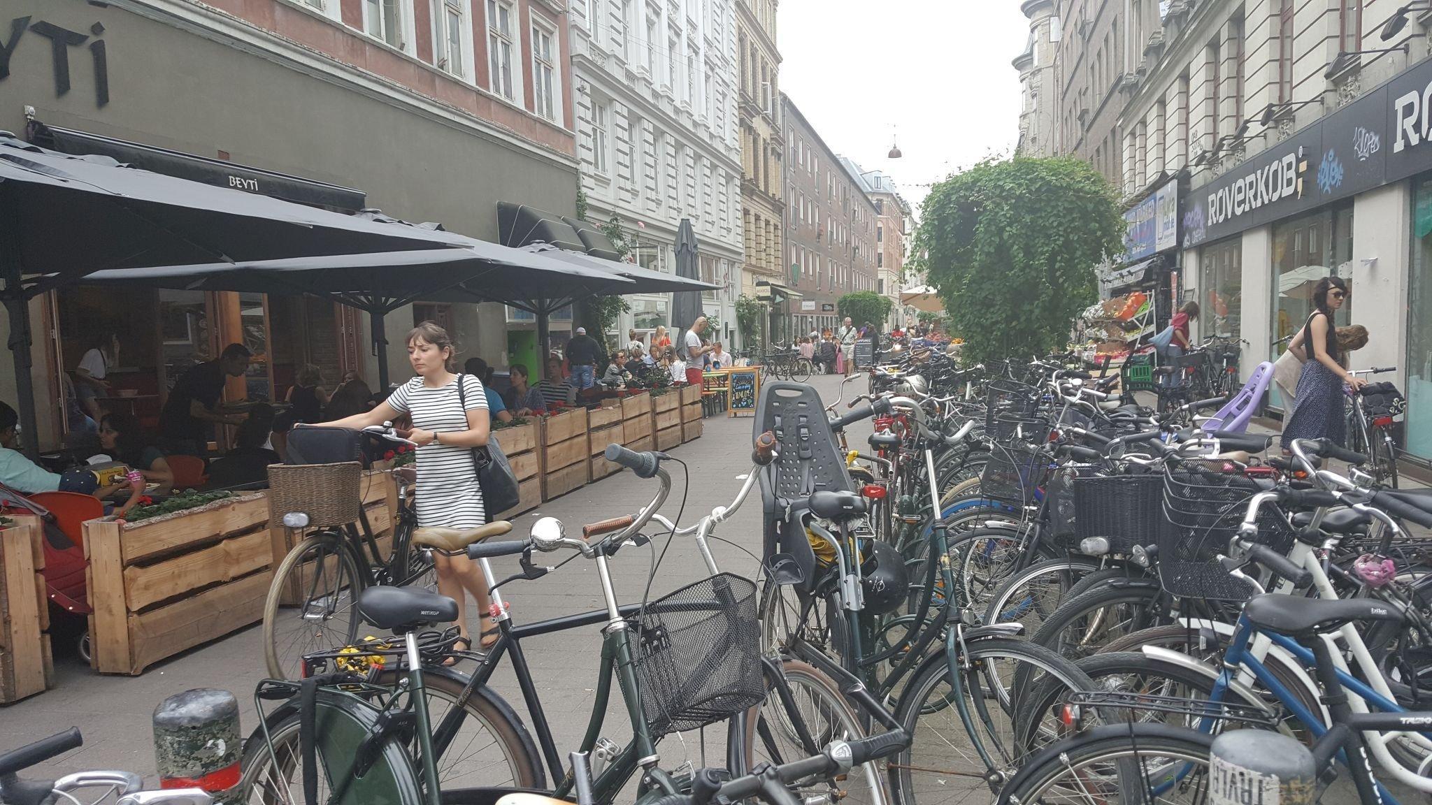 Kleine Straße mit vielen Rädern.