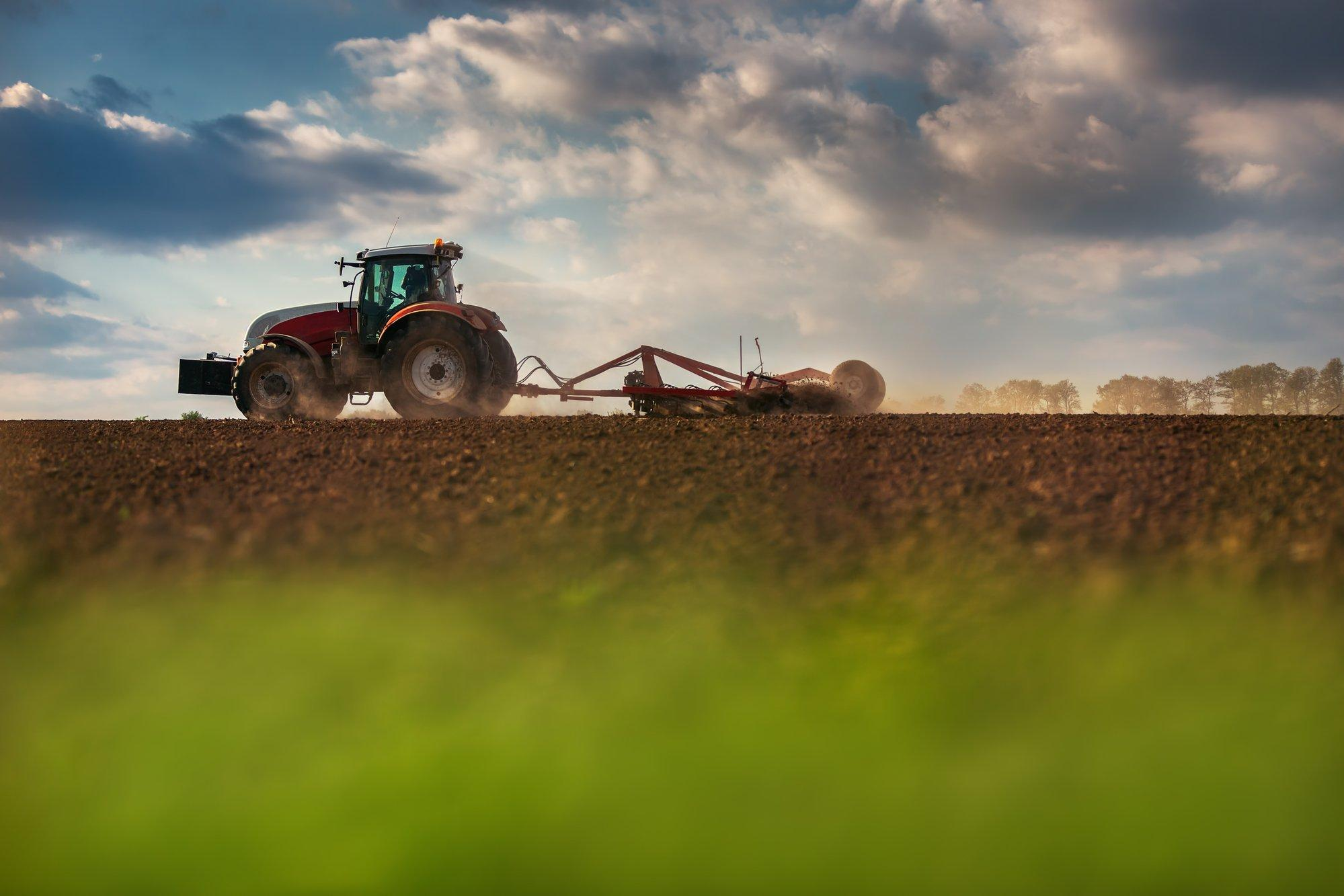 Ein Landwirt bestellt mit seinem Traktor einen Acker.