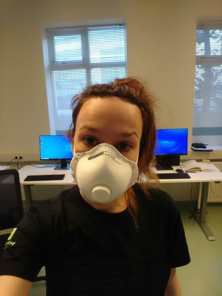 Laura González mit Maske bei der Arbeit