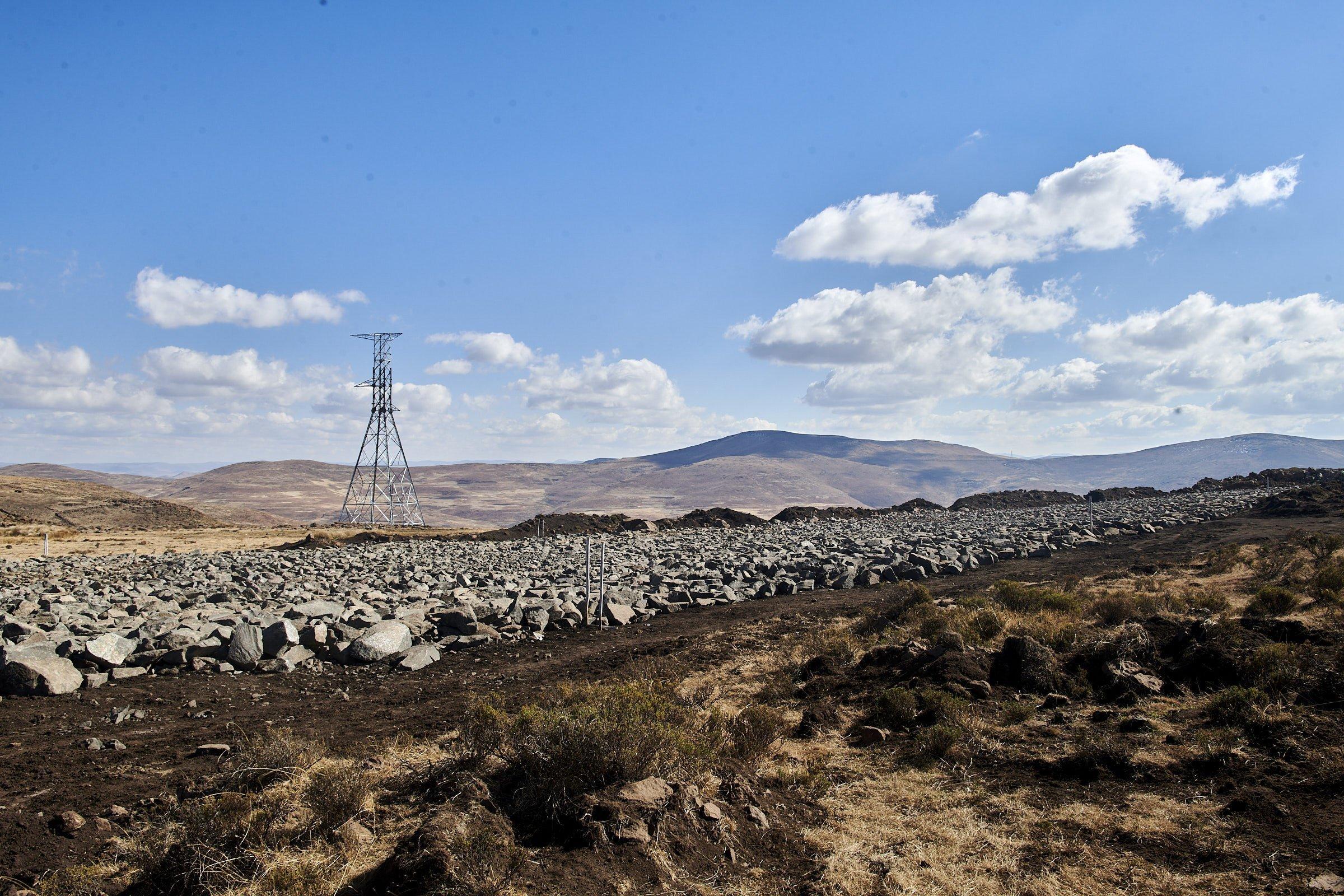 Ein Rechtech aus Steinen bedeckt, was früher einmal ein Feuchtgebiet war.