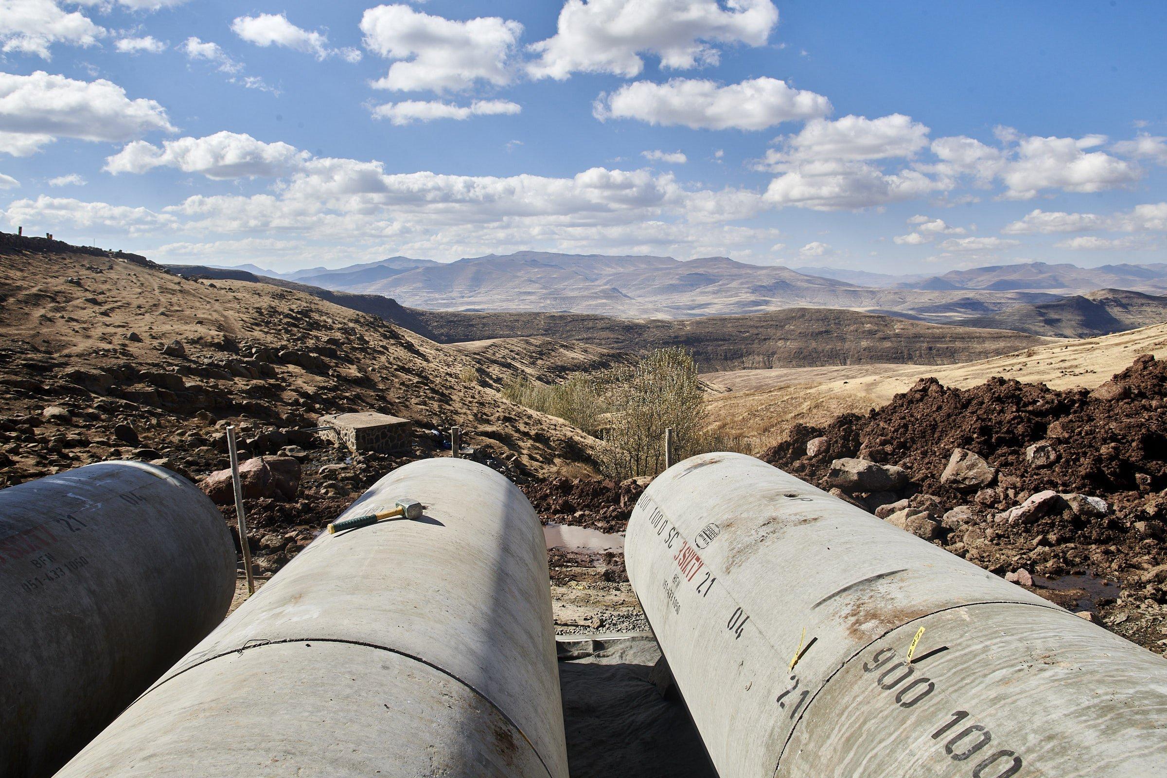 Blick über zwei große Betonrohre in die Weite der Bergwelt Lesothos
