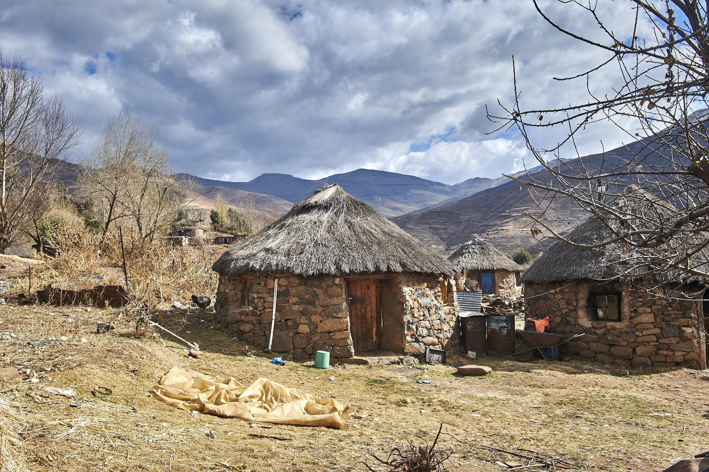 Die runden Gebäude sind aus Naturstein gemauert und haben ein grasgedecktes Dach