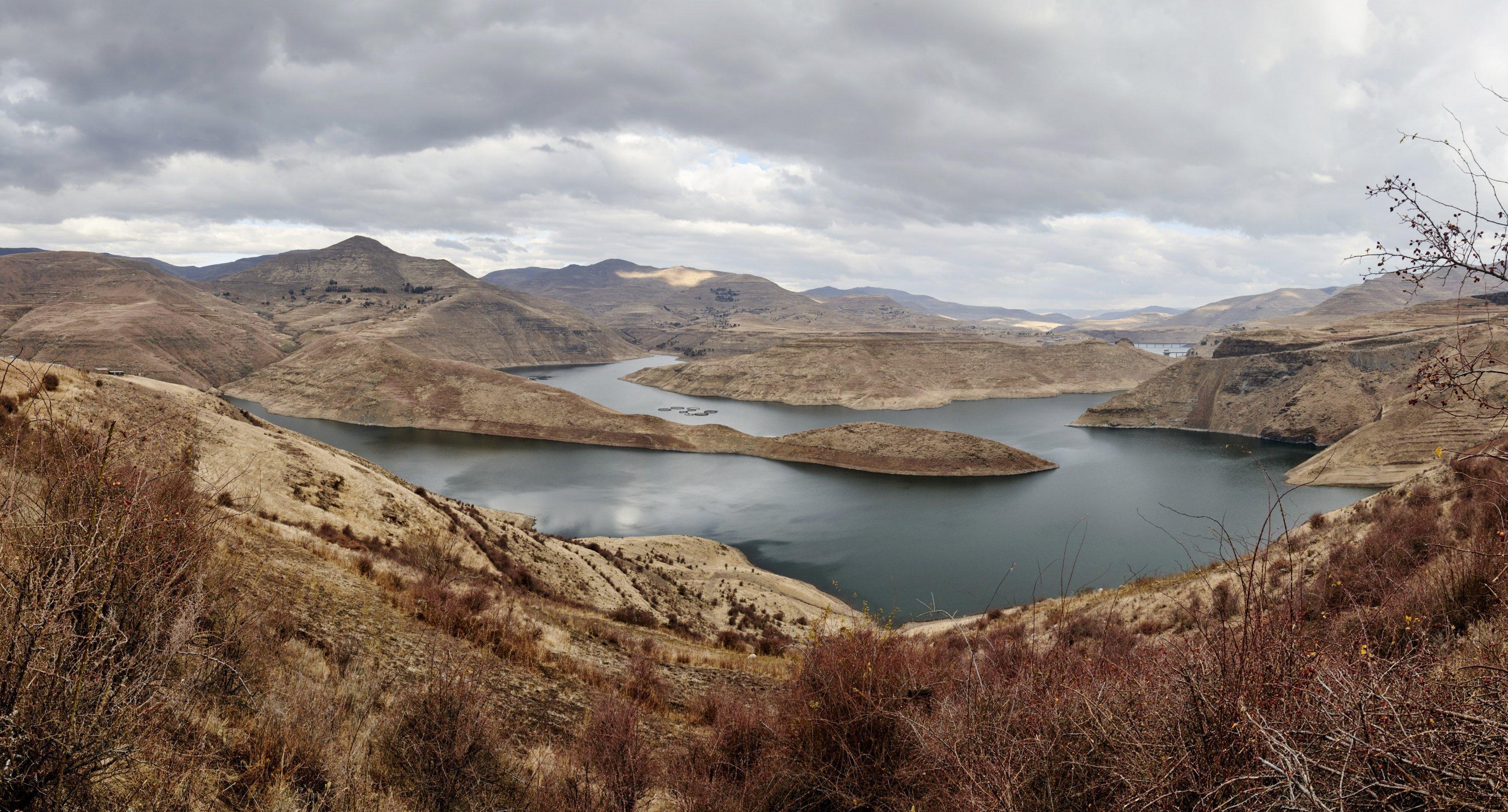 Im Tal zwischen den Bergen glitzert die Wasseroberfläche des Katse-Stausees