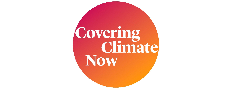 Weiße Schrift auf einem rot-orangefarbenen Kreis: Logo der Aktion CoveringClimateNow