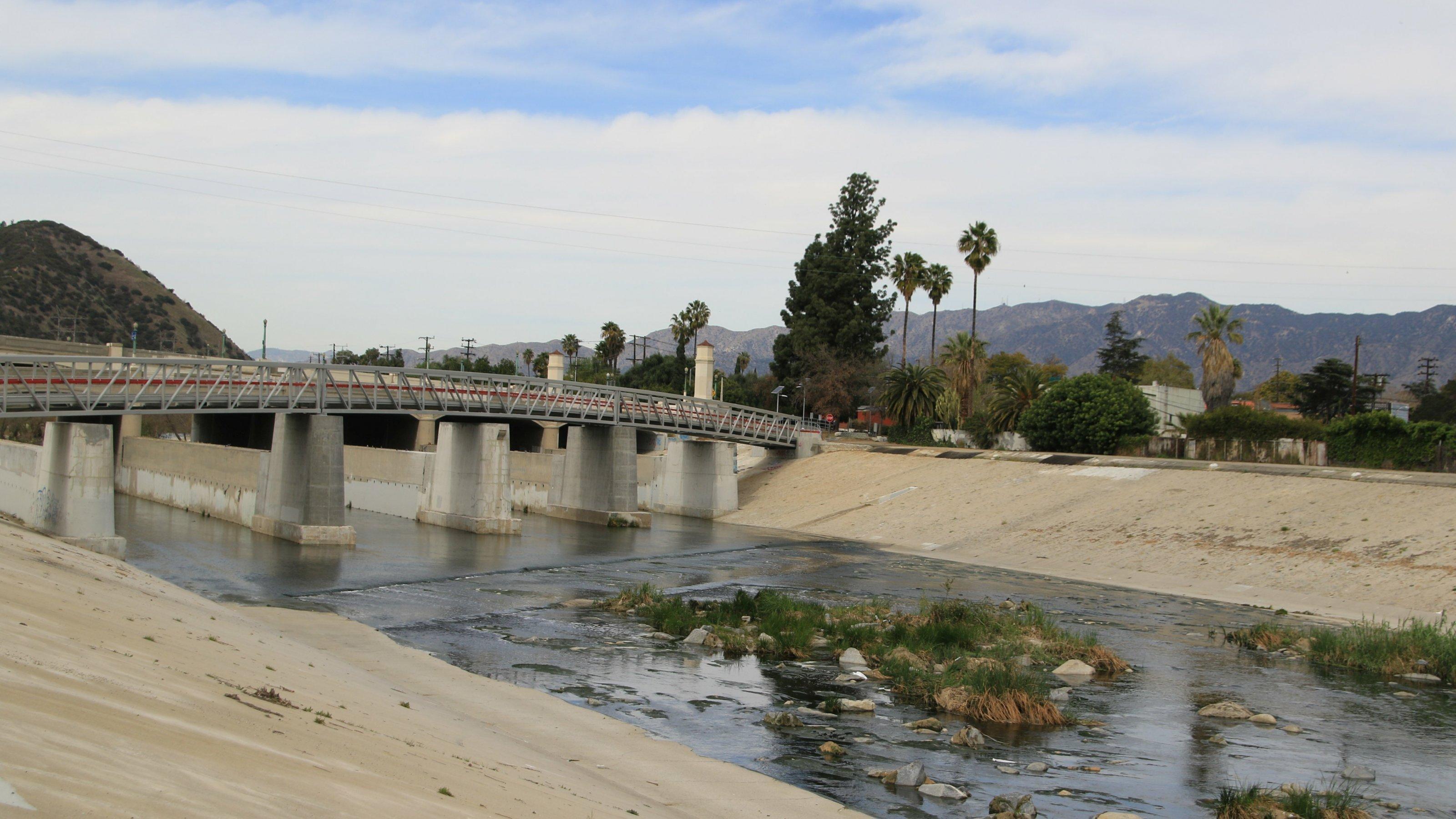 Ein Fluss fließt in einem Betonkanal