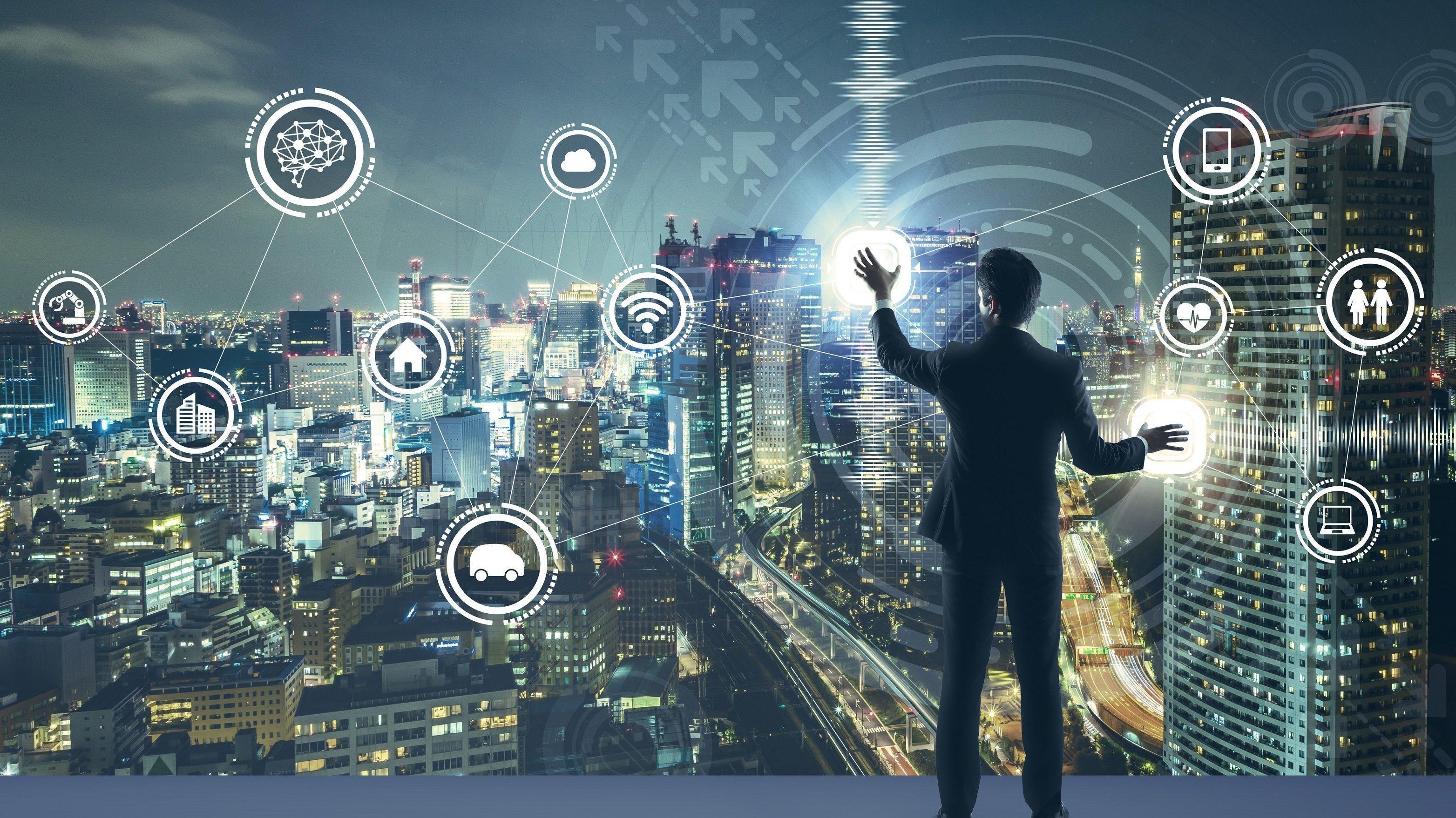 Ein Mann steht vor einem digitalisierten Netzwerk. Das Bild symbolisiert die Macht der künstlichen Intelligenz durch Überwachung, Auswahl und maschine learning.