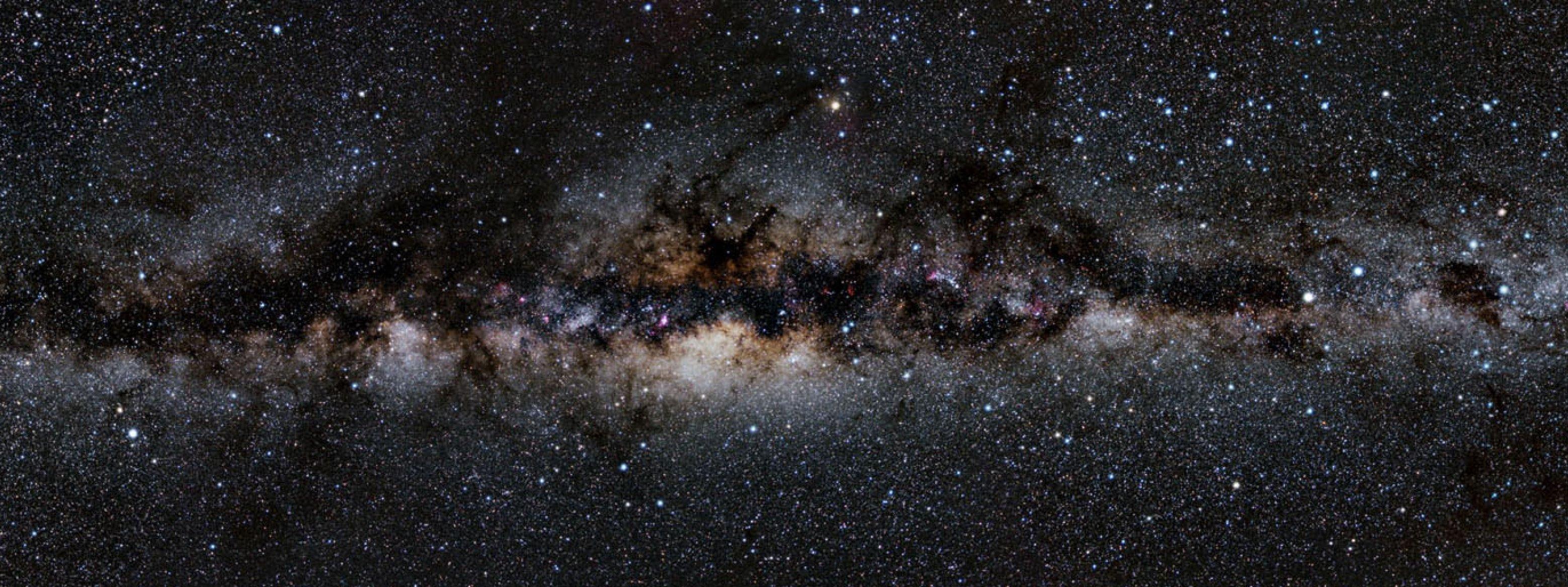 Ein Blick in den Nachthimmel auf die Milchstraße.