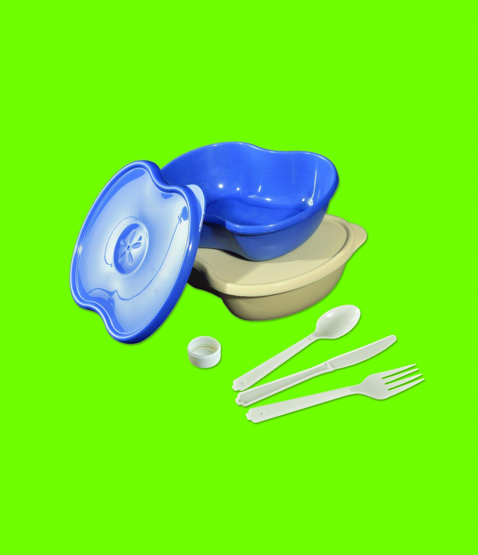 Blaue und beige Schalen und weißes Besteck aus Plastik vor grünem Hintergrund.