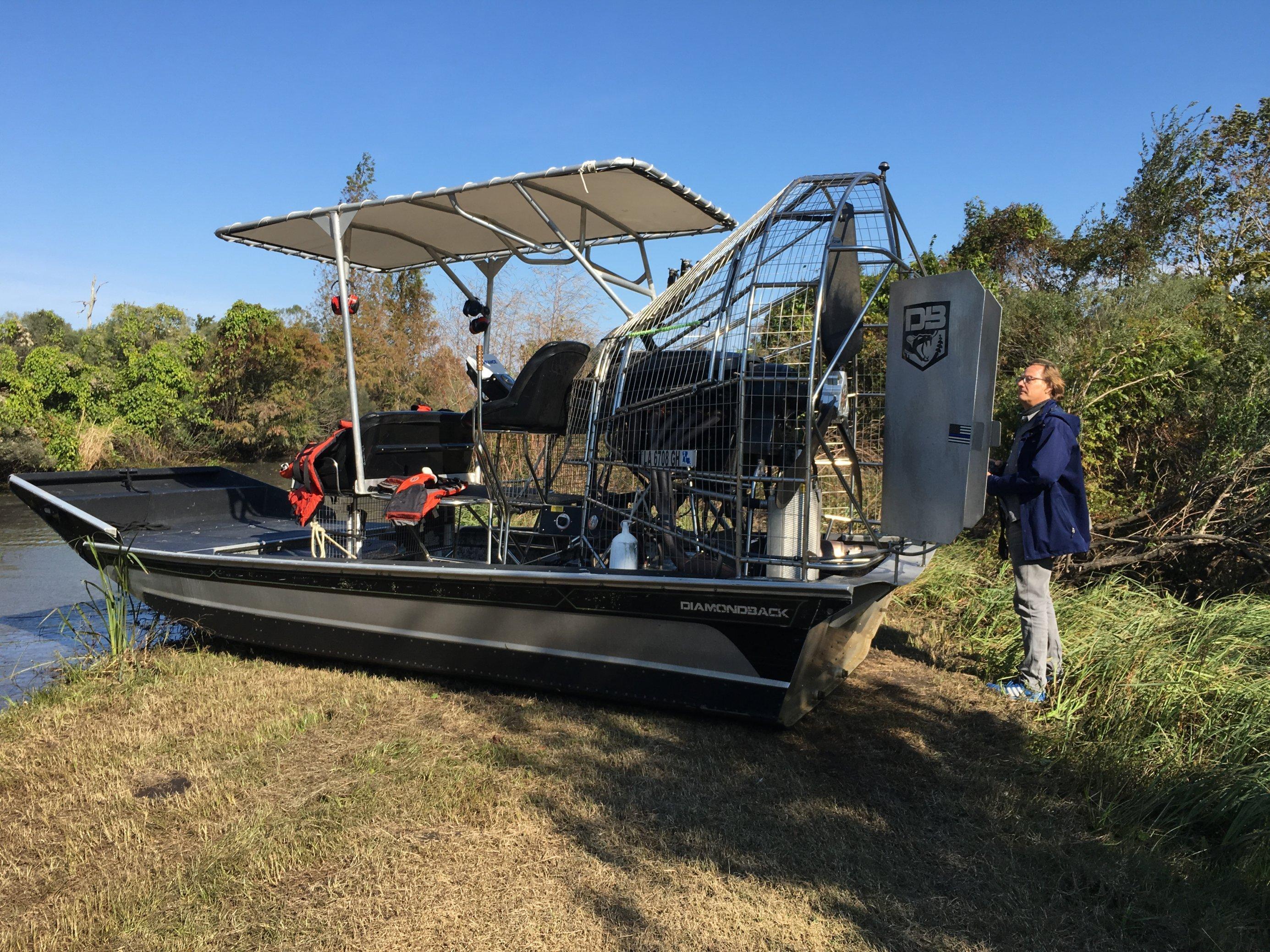 Deutlich größer als ein Erwachsener ist der Propellerantrieb des Sumpfbootes