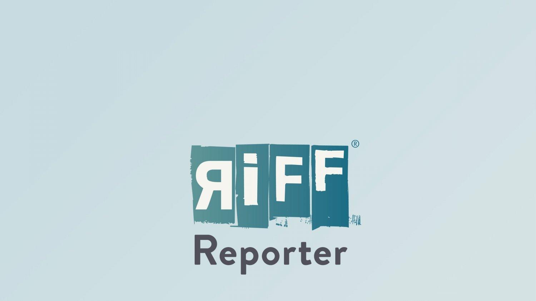 Mithu Sanyal lehnt an einem Baum und guckt in die Kamera.