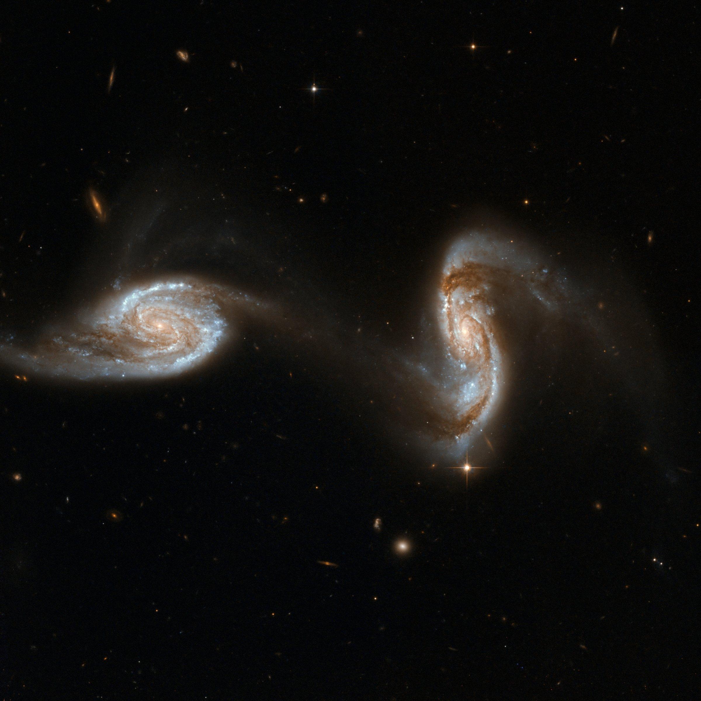 Zwei Galaxien sind sich sehr nahe gekommen, so dass ein Arm der einen bereits in die zweite Galaxie übergeht.