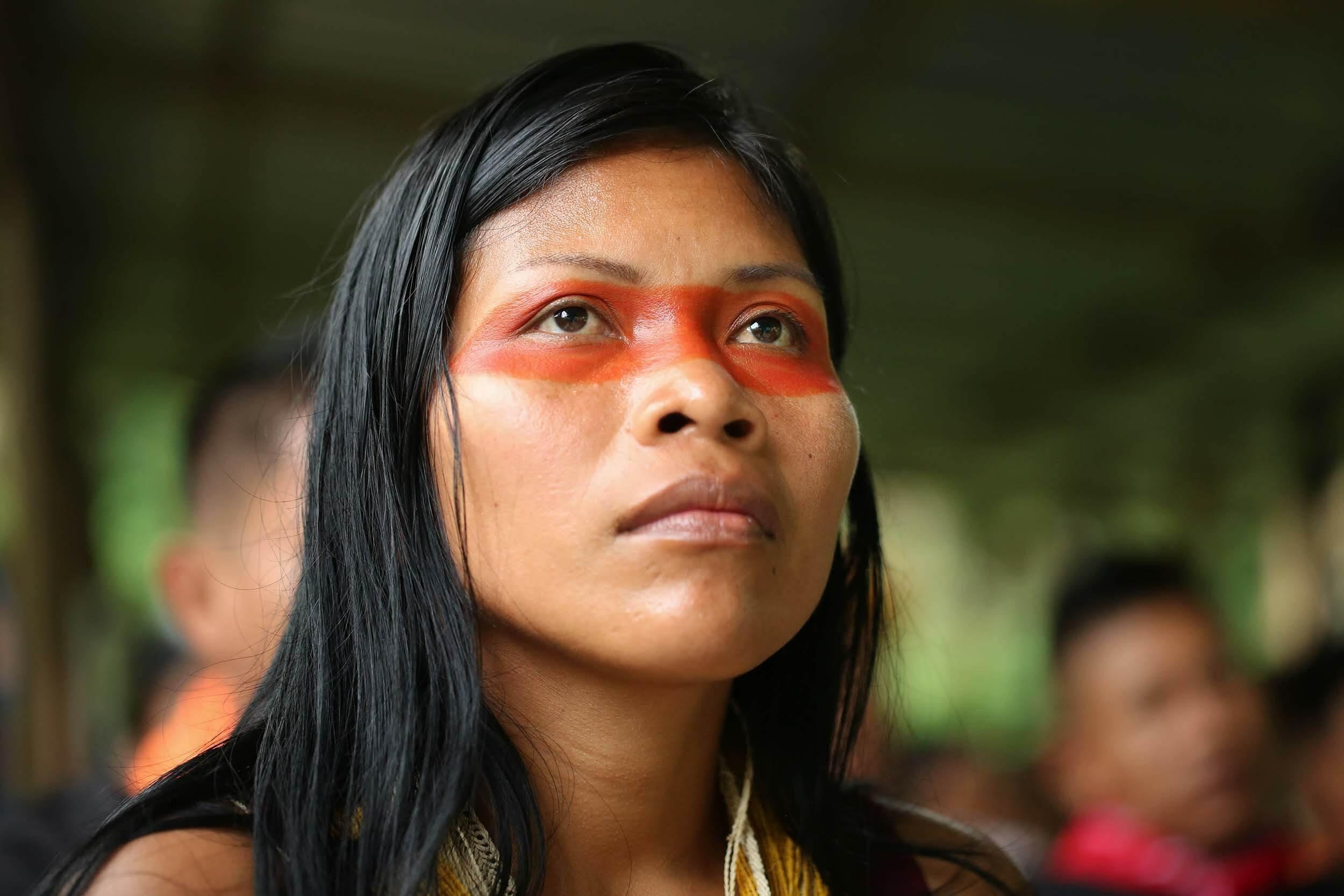 Das Gesicht der indigenen Umweltschützerin Nemonte Nenquimo ist um die Augen herum mit der roten Farbe der Achiote-Pflanze bemalt.
