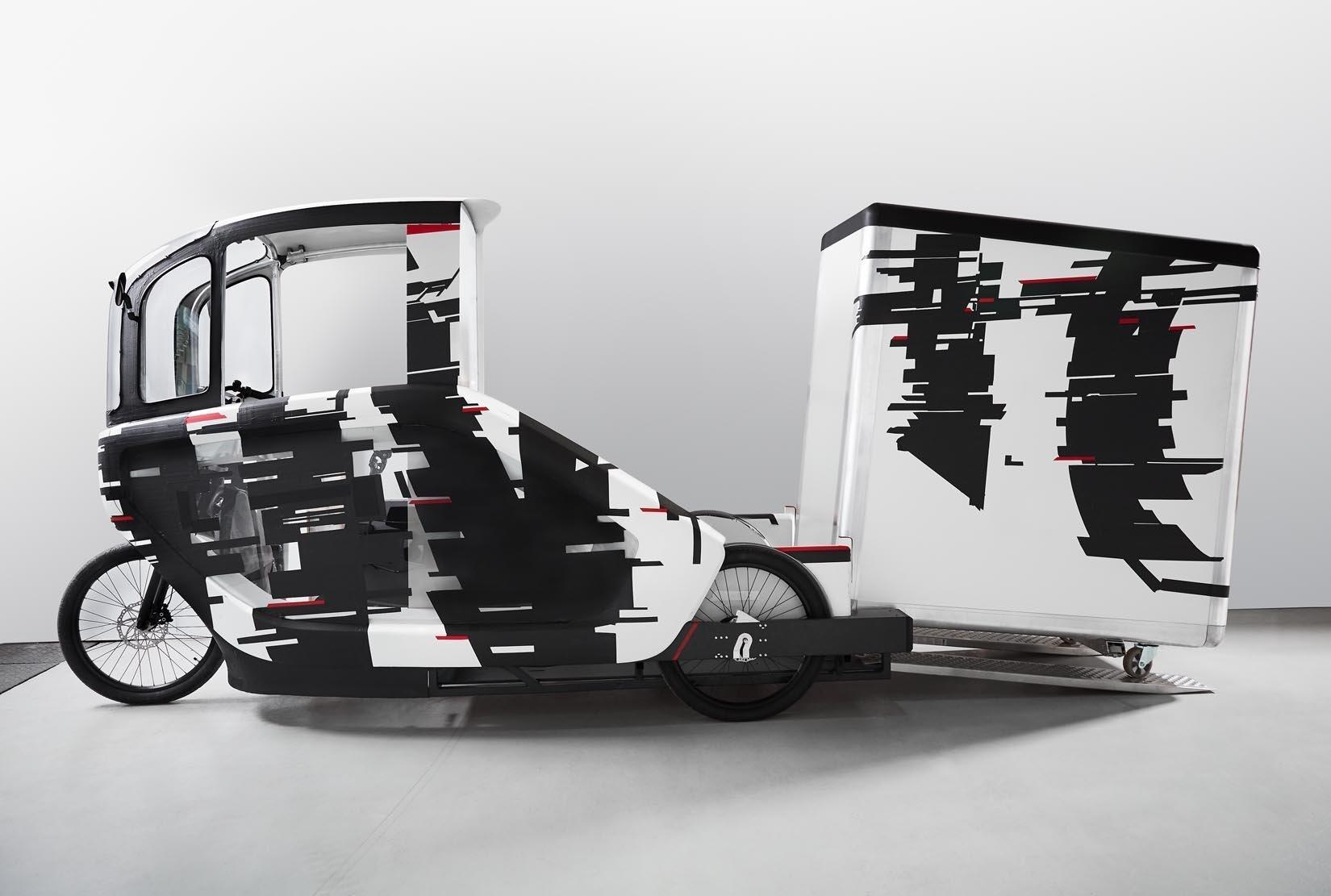 So funktioniert der Wechsel des Containers: Über Rollen und Schiebehilfen wird der Container hinter der Fahrerkabine gewechselt. Er  hat das Format einer halben Europalette und fasst zwei Kubikmeter.