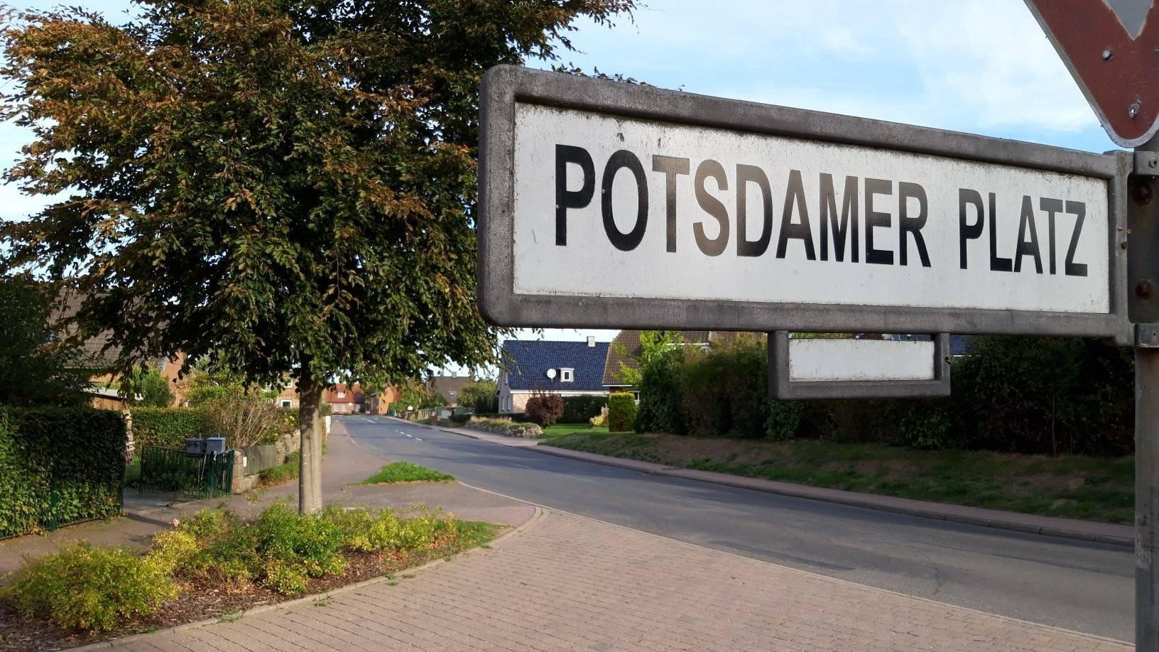 """Straßenschild """"Potsdamer Platz"""" im holsteinischen Berlin."""