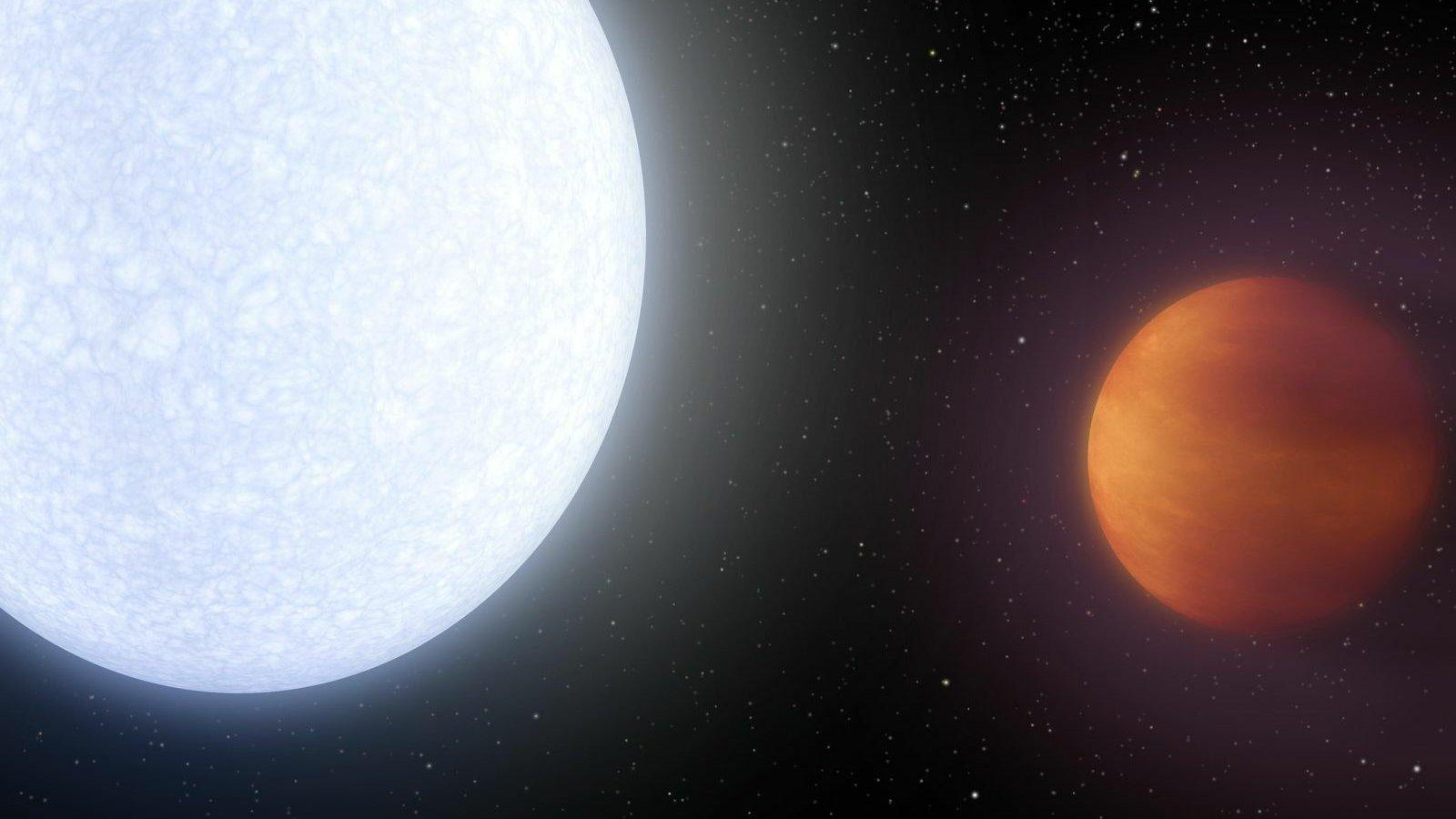 Die künstlerische Darstellung zeigt den Planeten Kelt-9b mit seinem Stern Kelt-9. Der Stern befindet sich links im Bild und leuchtet weiß bis bläulich, der Planet Kelt-9b befindet sich rechts im Bild, ist kleiner als der Stern und leuchtet selbst rötlich.