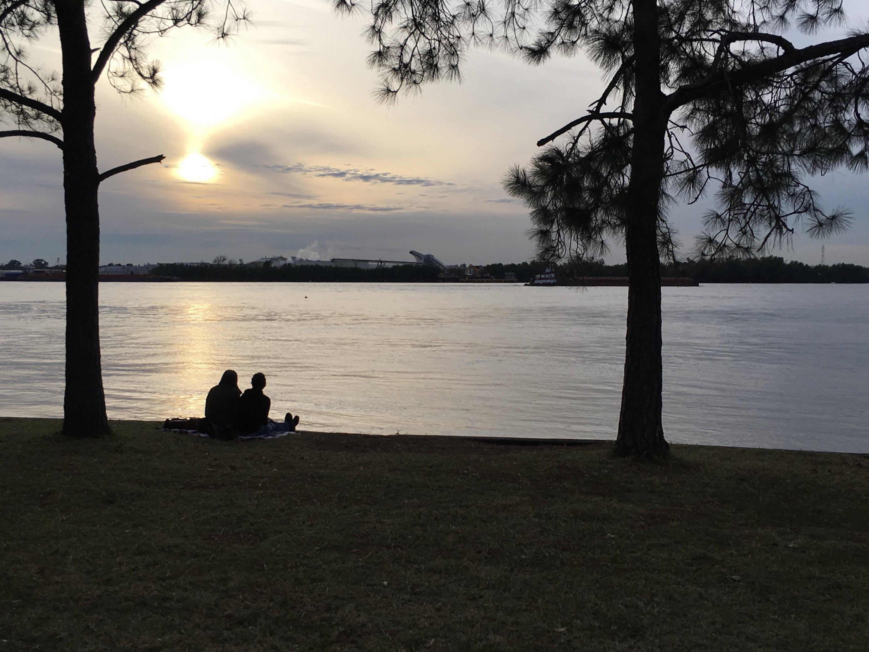 Zusammen schweigen am Ufer des Mississippi in New Orleans