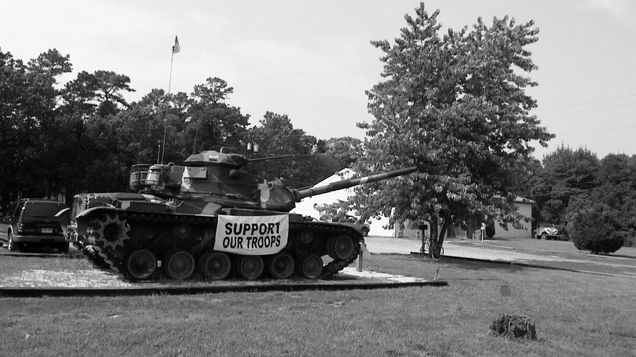 """Panzer am Straßenrand mit der Aufschrift """"Support our Troops""""."""