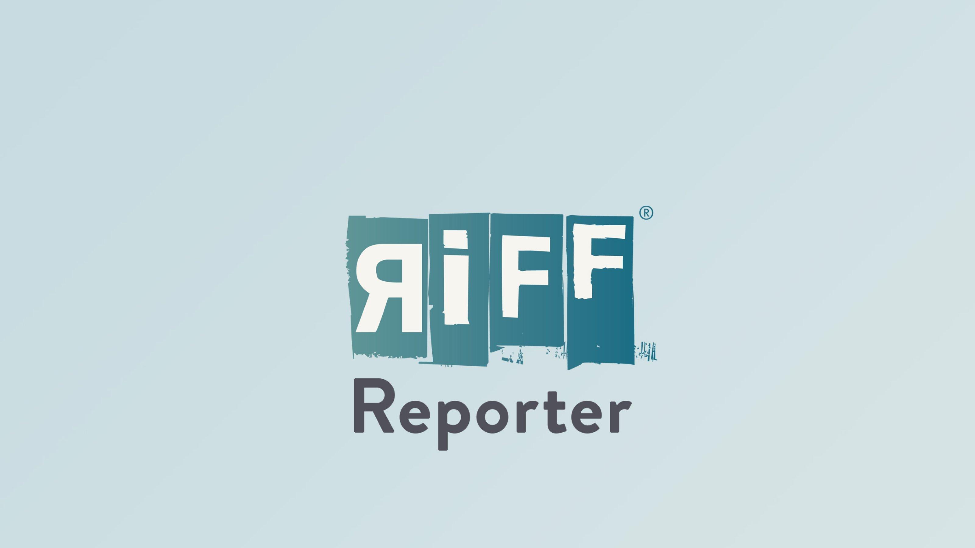 Profilfoto von Kerstin Zilm, schwarz-weiss, lächelnde Frau vor dunklem Hintergrund