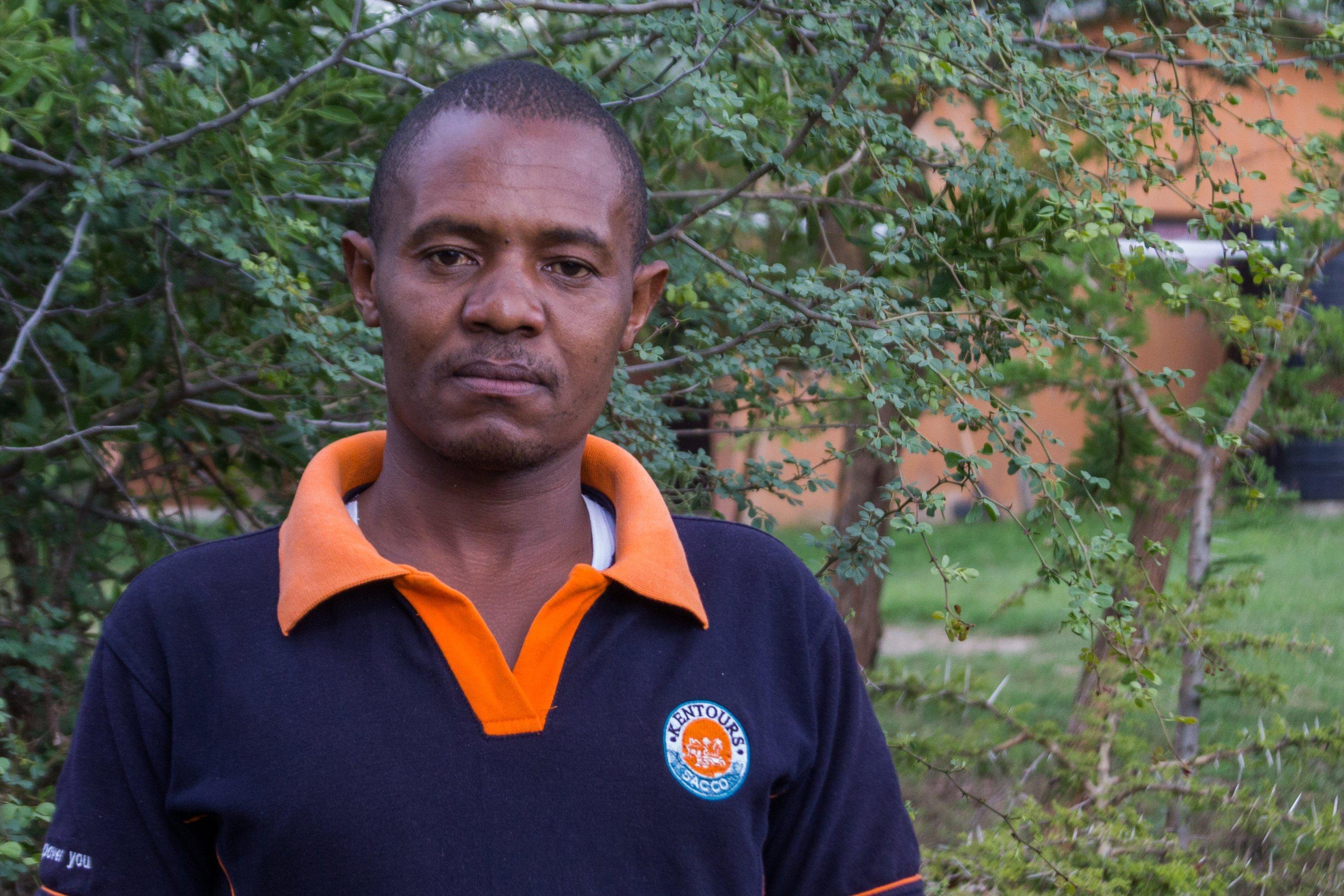 Paul Naiptari, Verbindungsmann zwischen dem Loisaba-Schutzgebiet in Laikipia und der Bevölkerung in den umliegenden Dörfern. Er guckt ernst in die Kamera.