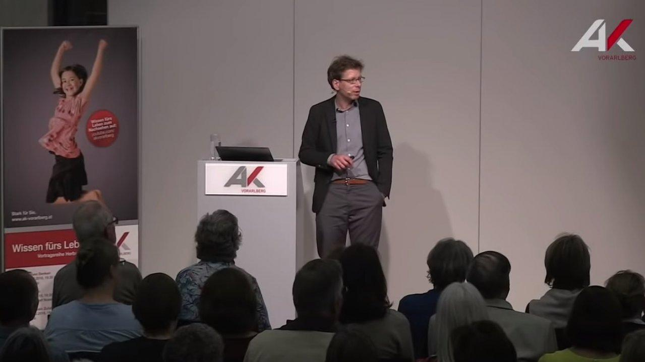 Peter Spork hält einen Vortrag bei der bei der AK Vorarlberg
