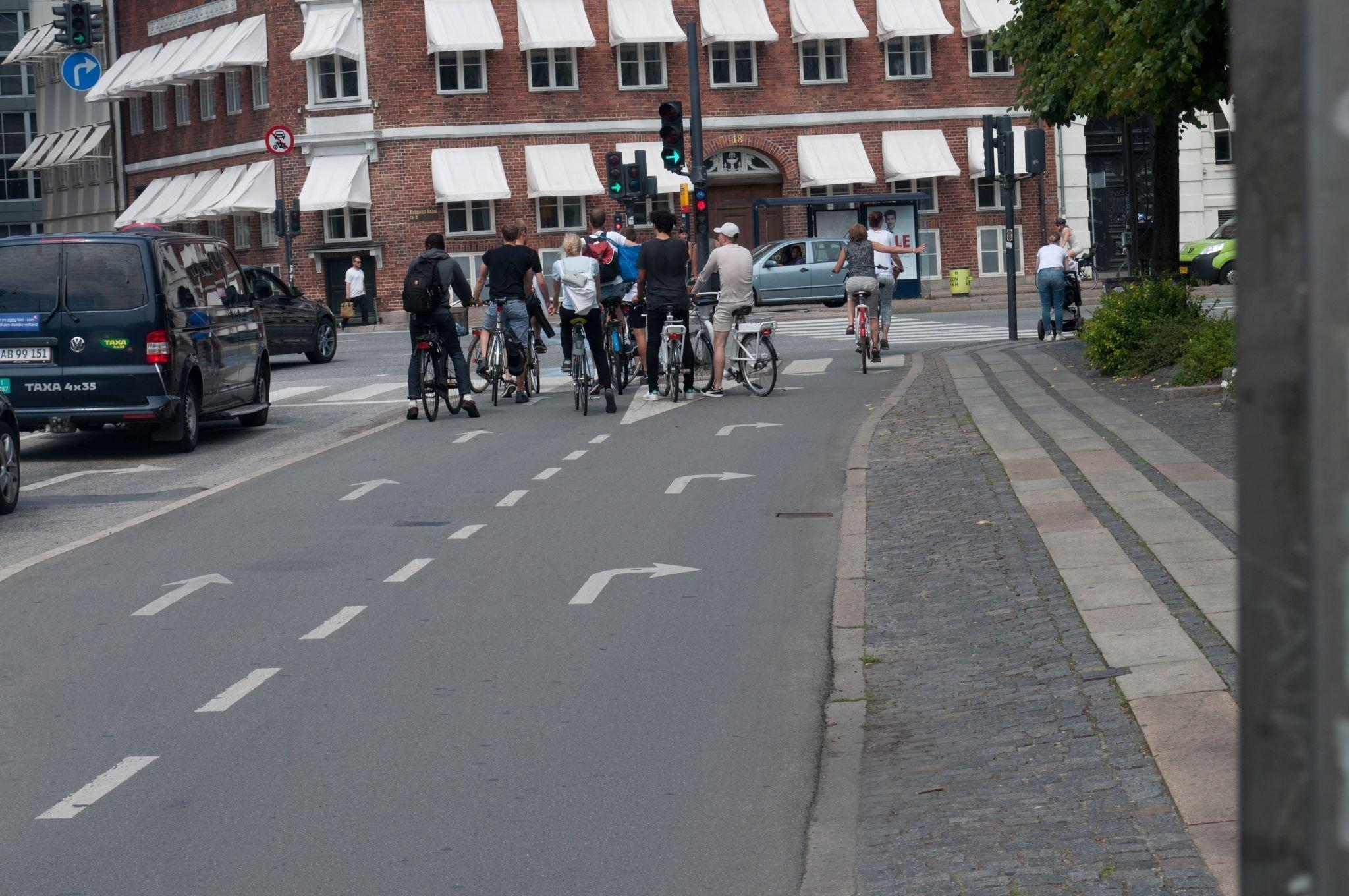 Autostraße, Radweg und Gehsteig sind von einander getrennt.Autostraße, Radweg und Gehsteig sind von einander getrennt.