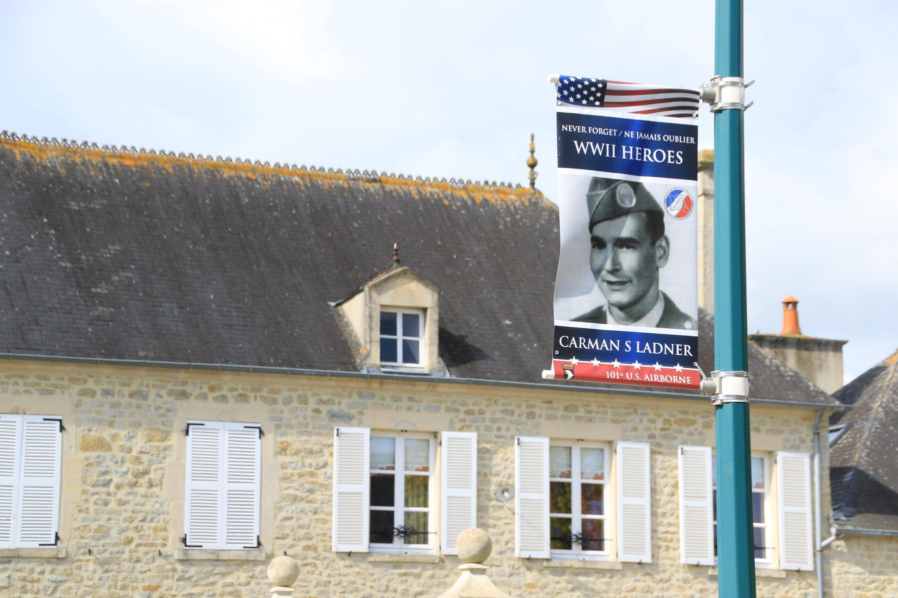 Ein Plakat erinnert an einen gefallenen Soldaten.