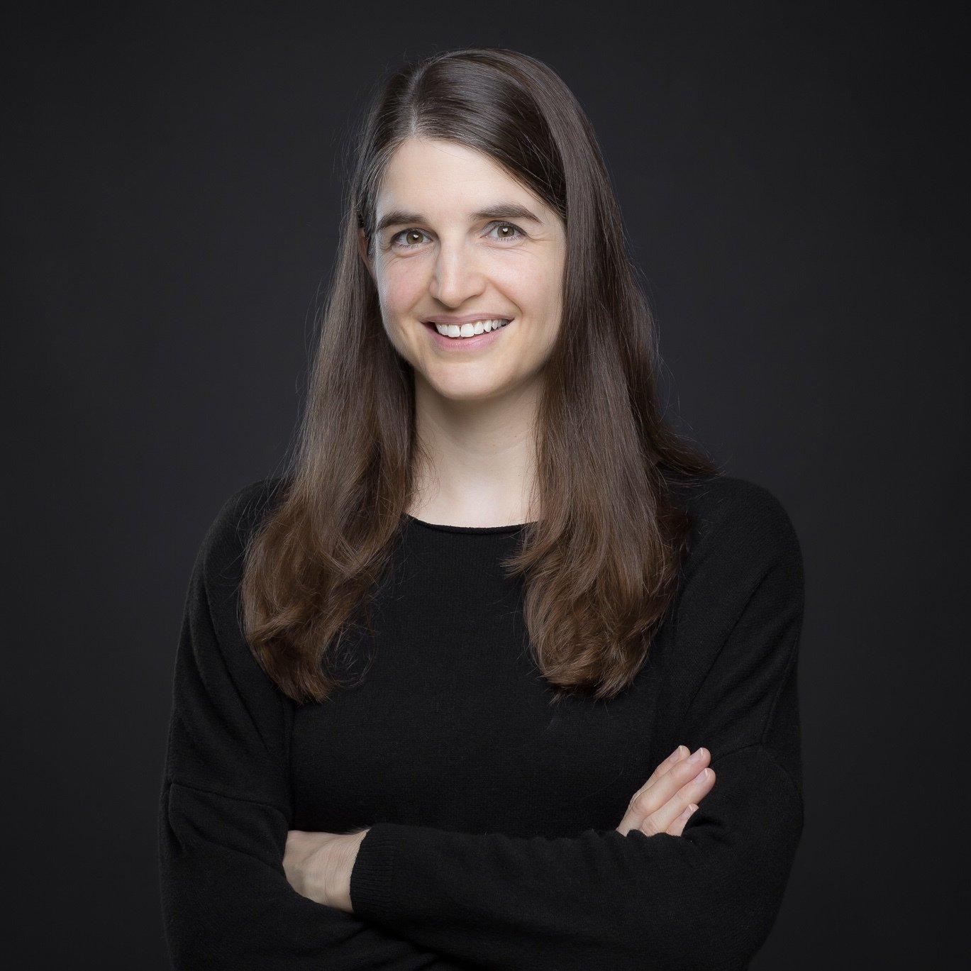 Das Bild zeigt ein Portraitfoto von unserer Autorin Ramona Seitz