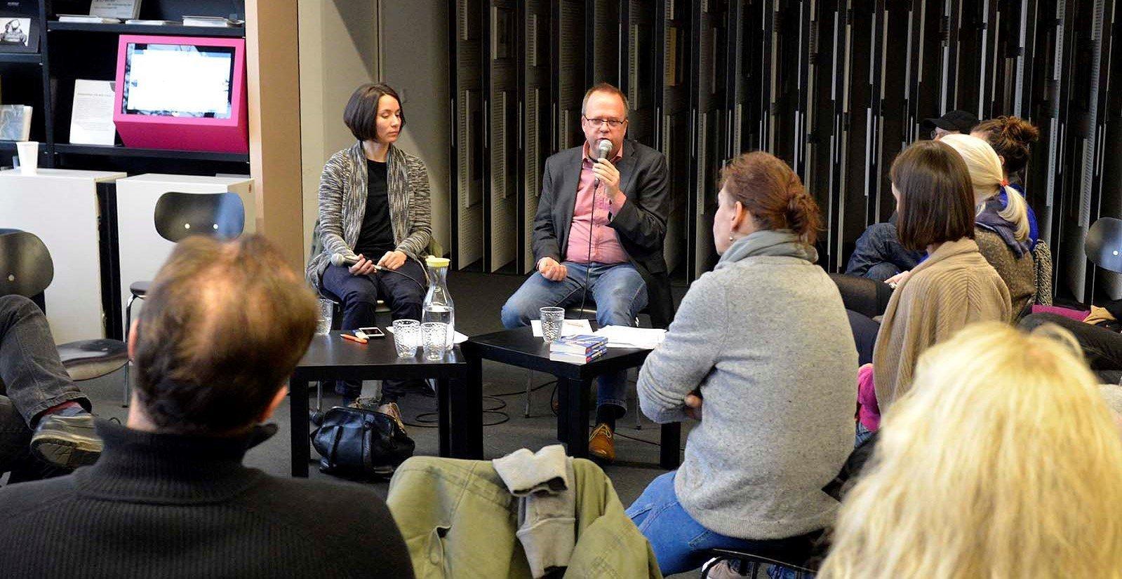 Anja Krieger und Rainer Kurlemann sprechen bei einer Veranstaltung über die Erwartungen der Deutschen an die Zukunft