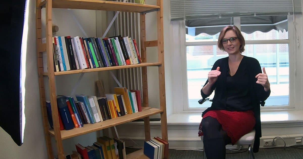 Prof. Lisa Herzog sitzt in ihrem Buero