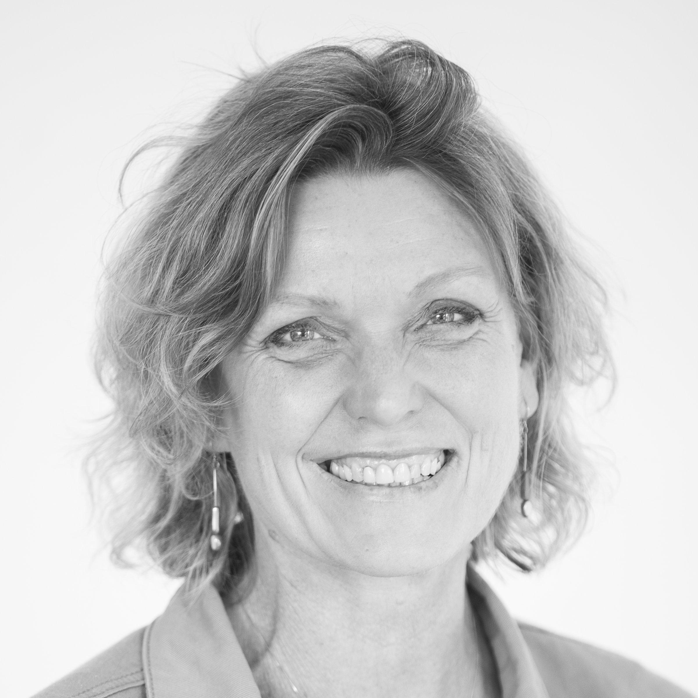 schwarz-weiss Foto von Kerstin Zilm, lächelnde Frau, von vorne