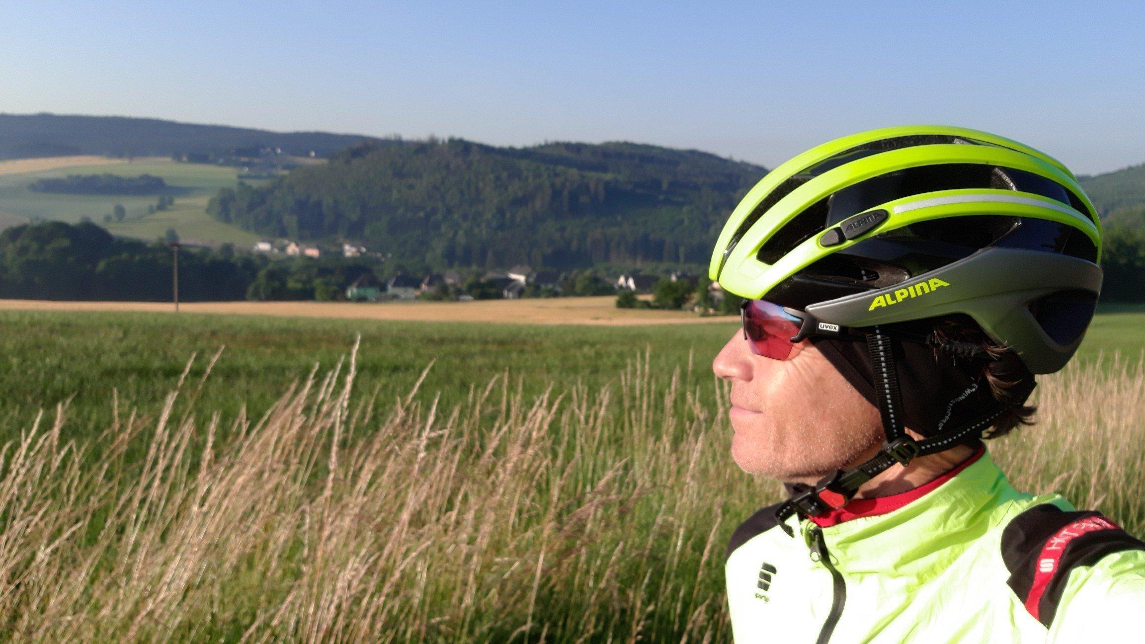 Seitenporträt des RadelndenReporters mit Radhelm.
