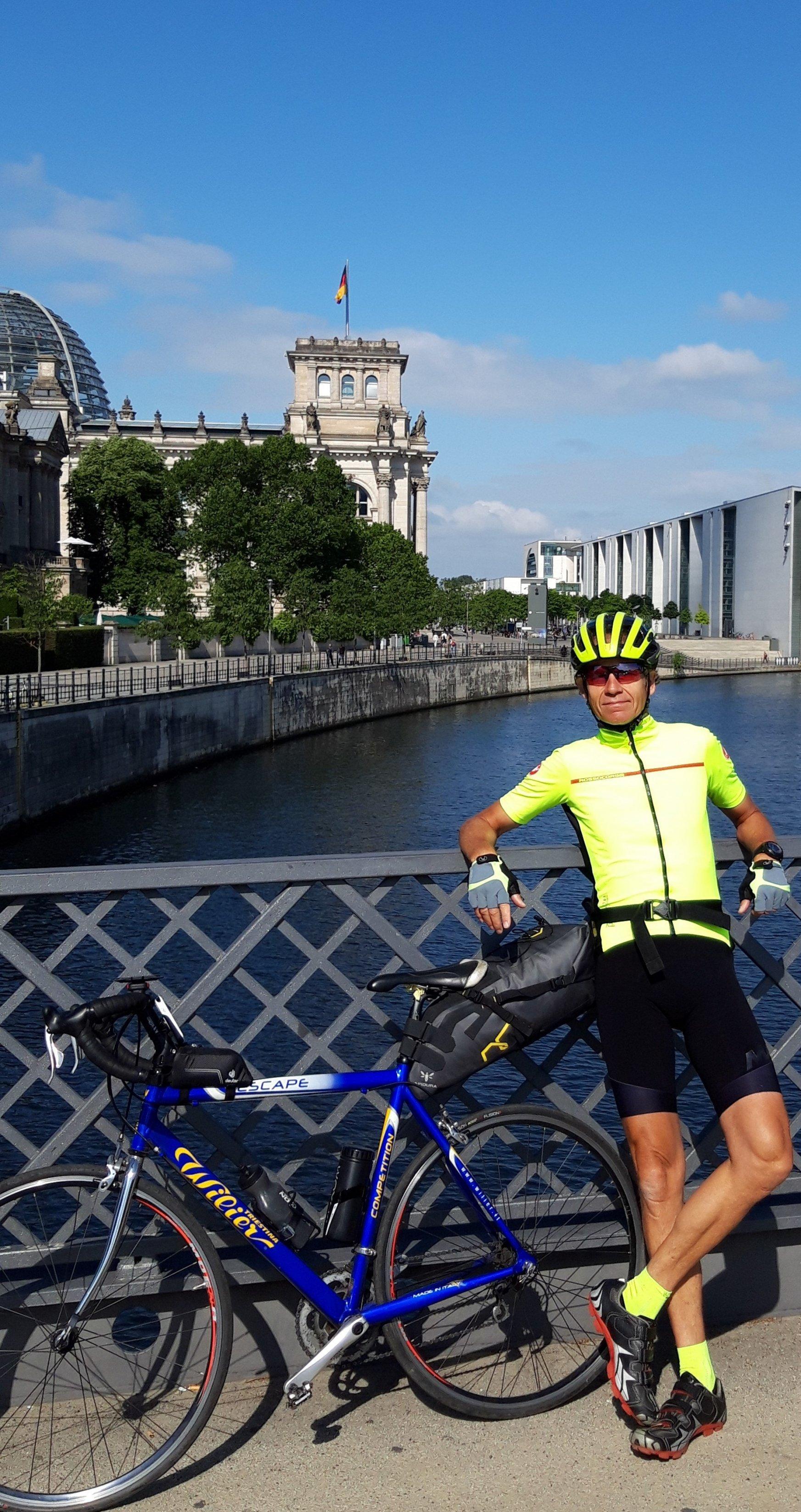 Martin C Roos mit seinem Rad vor Reichs- bzw. Bundestag.