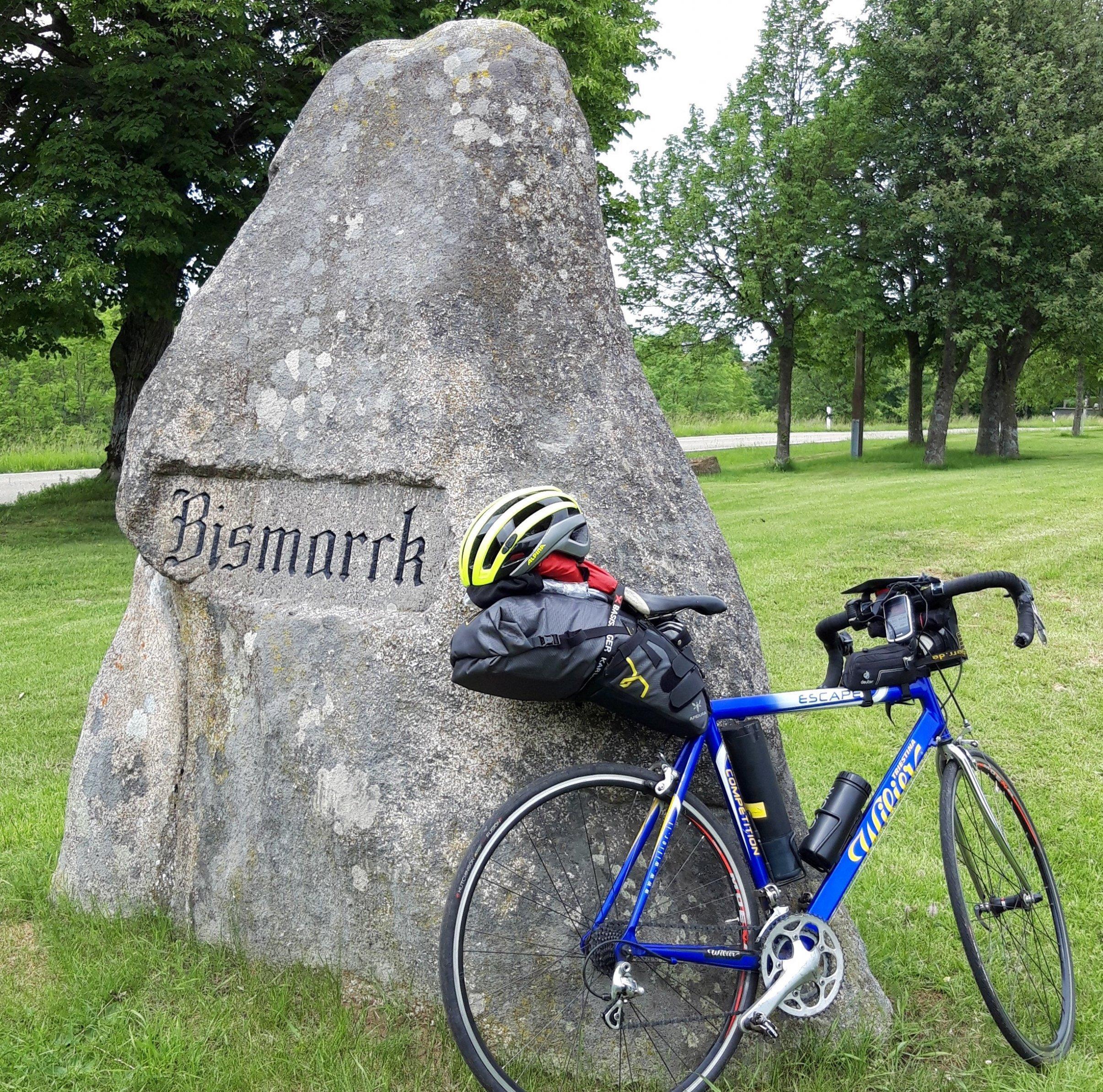 Das bepackte Rad des RadelndenReporters lehnt am Bismarck-Gedenkstein.