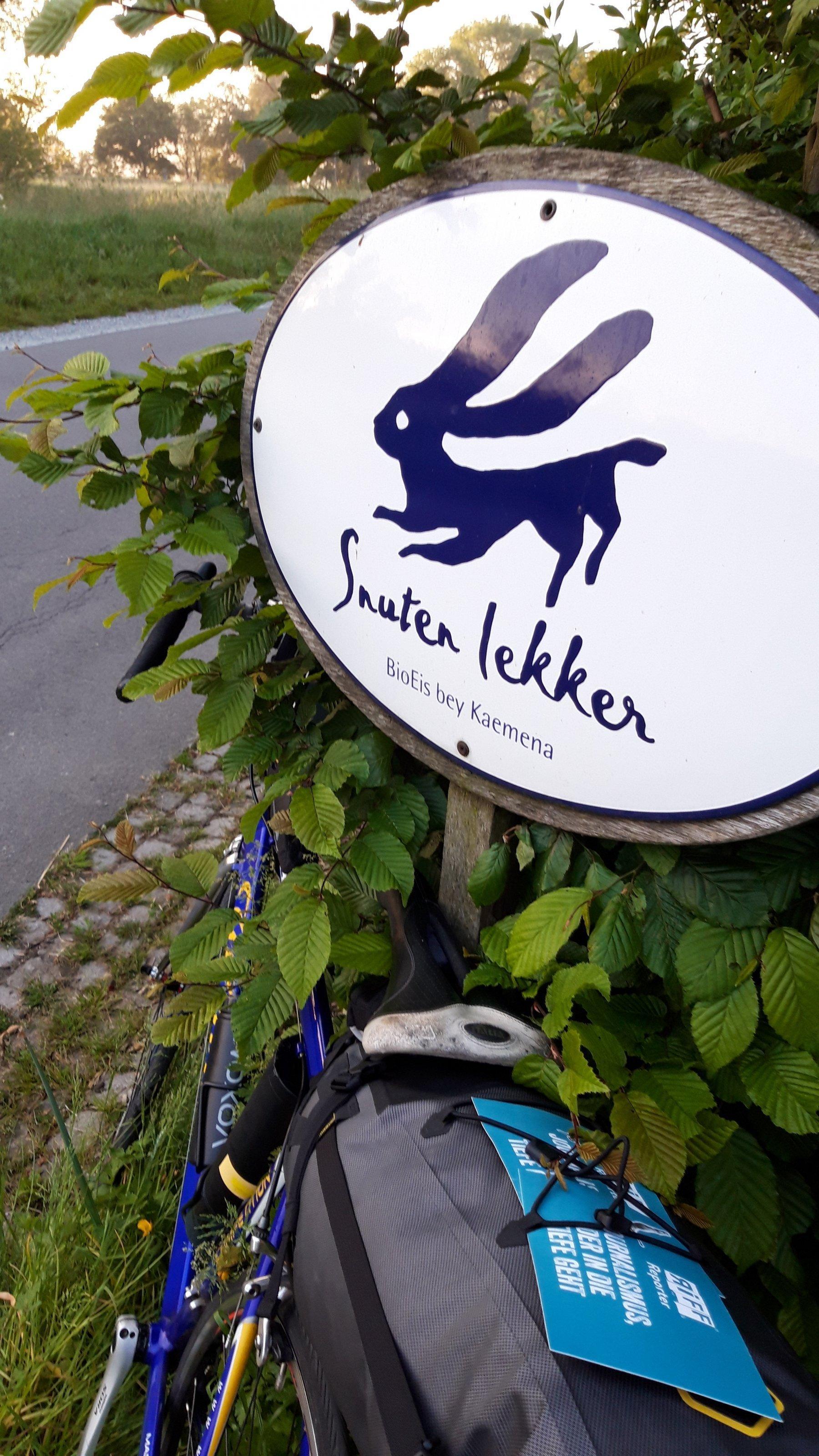 Das Rennrad des Autors lehnt am Schild mit dem Hasen-Logo des Biohofs Kaemena im nördlichen Landesteil von Bremen.