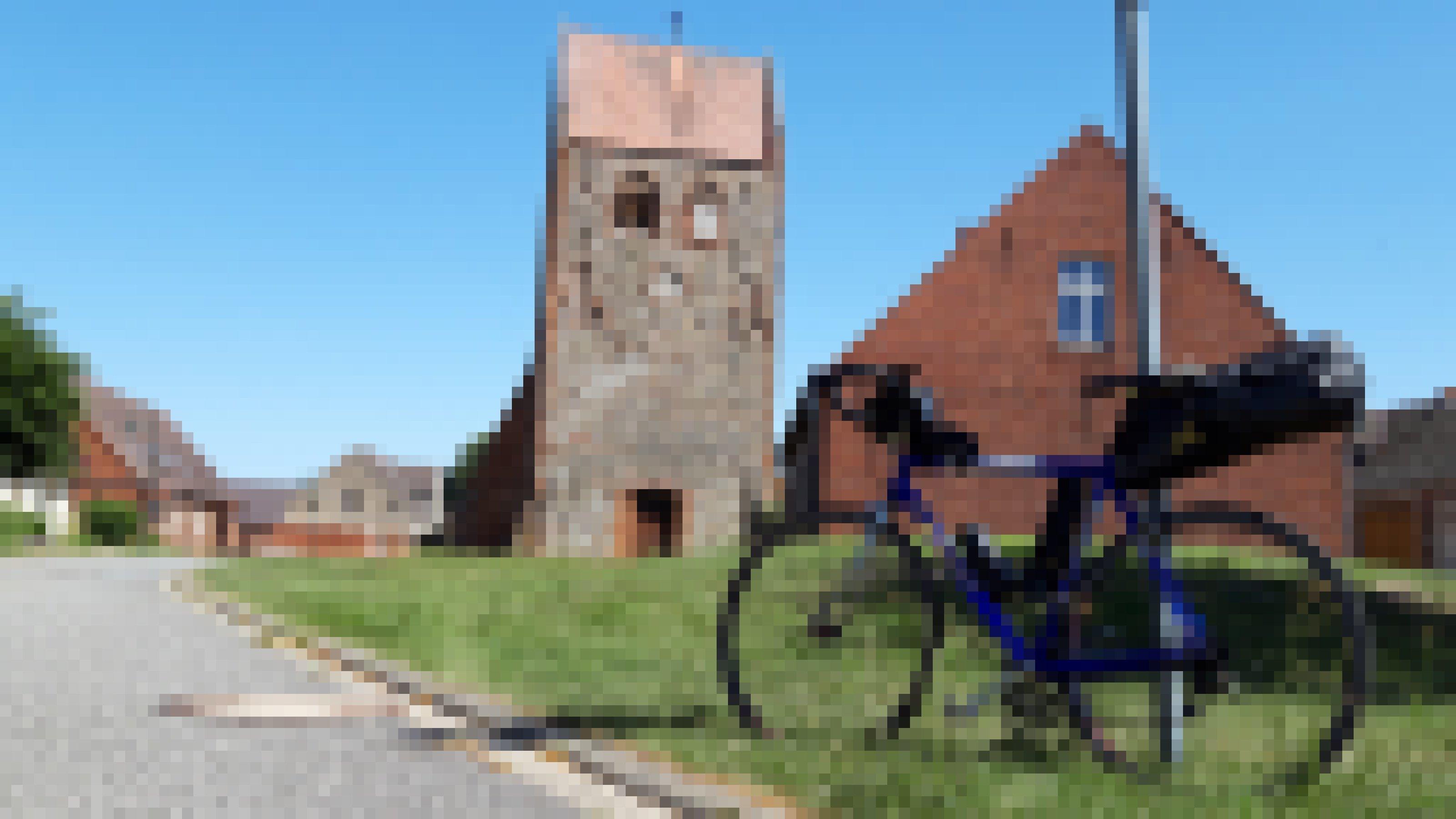 Mittelalterlicher Wehrturm in der Dormitte, im Vordergund das Rennrad des RadelndenReporters.