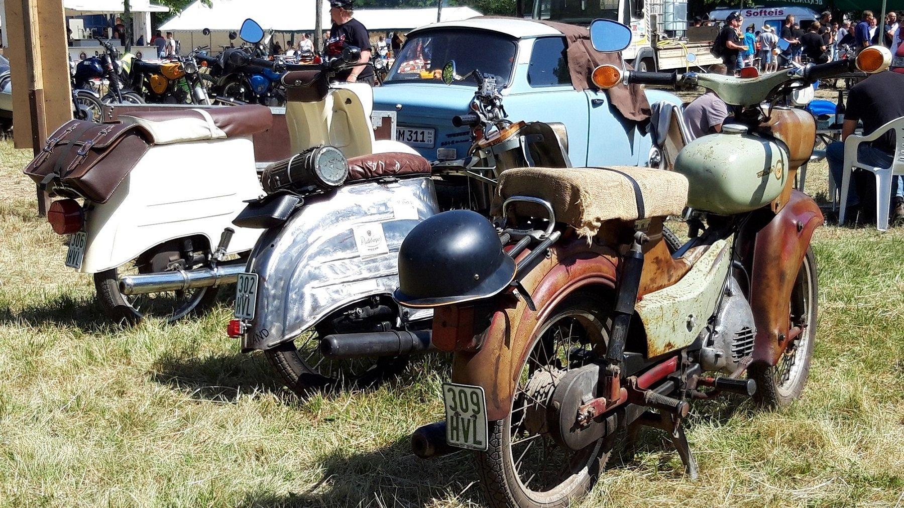 3Motorräder in der Ansicht von schräg hinten
