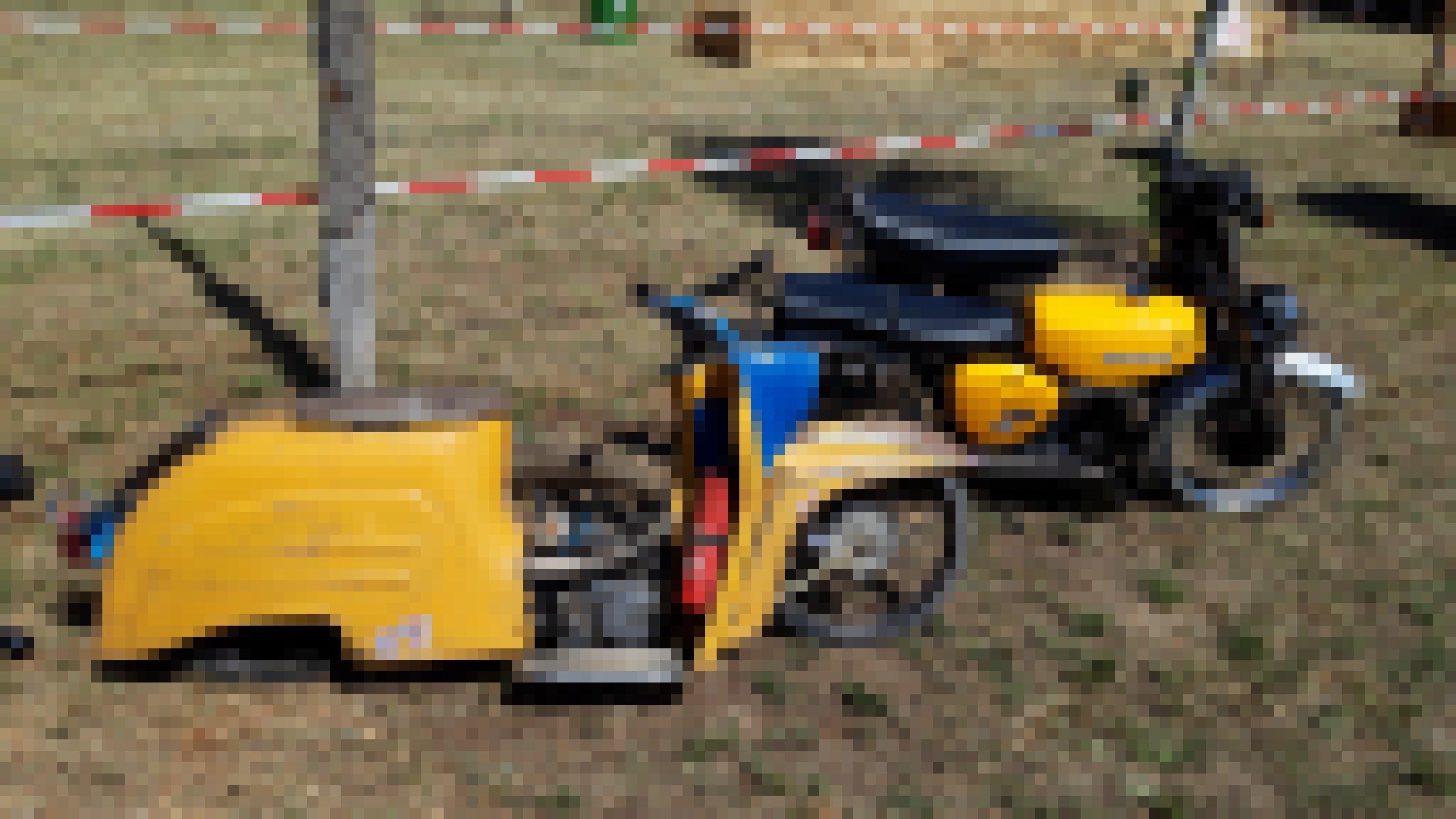 Einem gelben Moped fehlt das Hinterrad