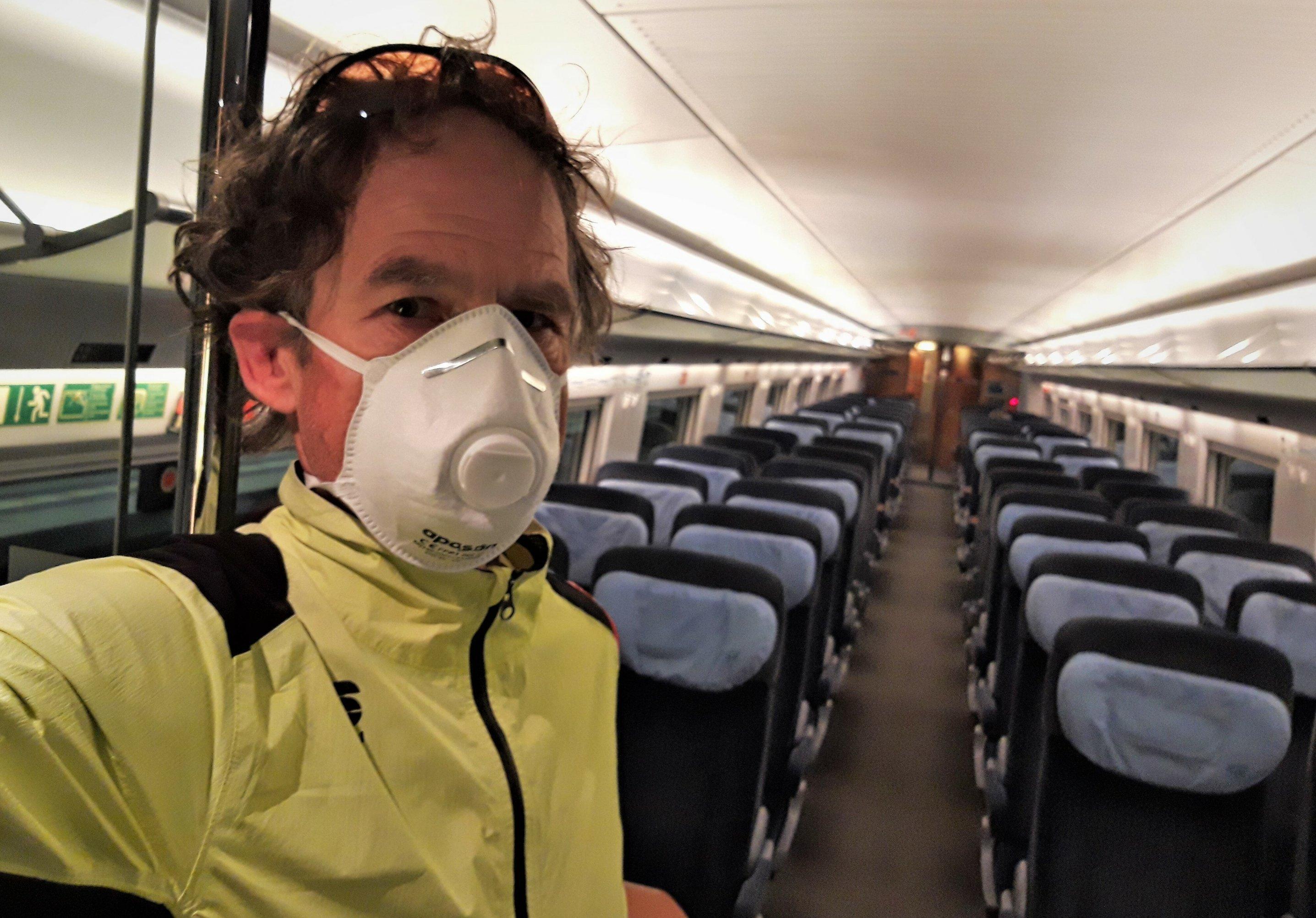 Der Autor hat einen Mundnasenschutz auf und steht an der Schiebetür zu einem völlig leeren ICE-Großraum-Waggon.