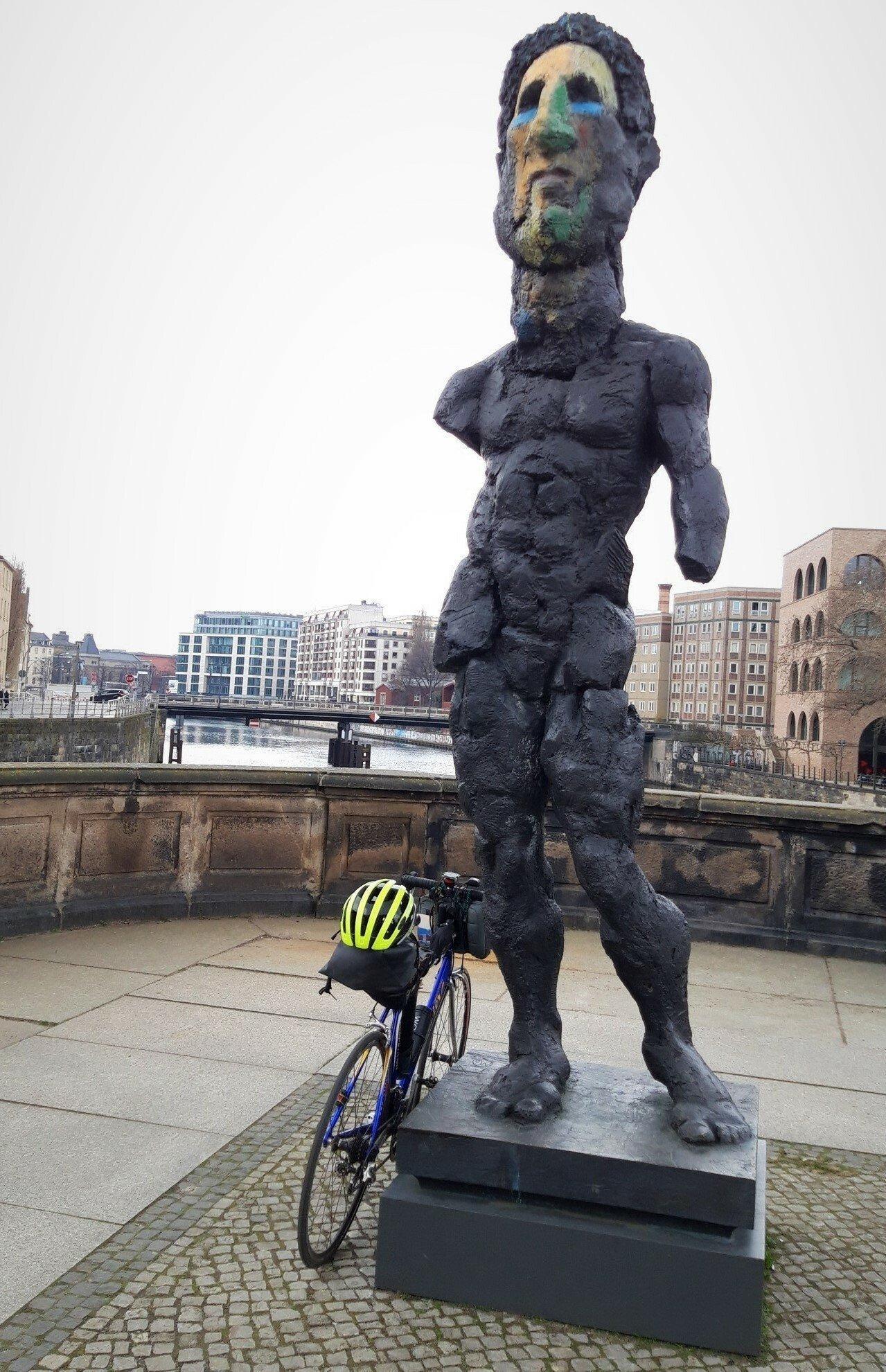 Das Rad lehnt an der 3-Meter-Statue.