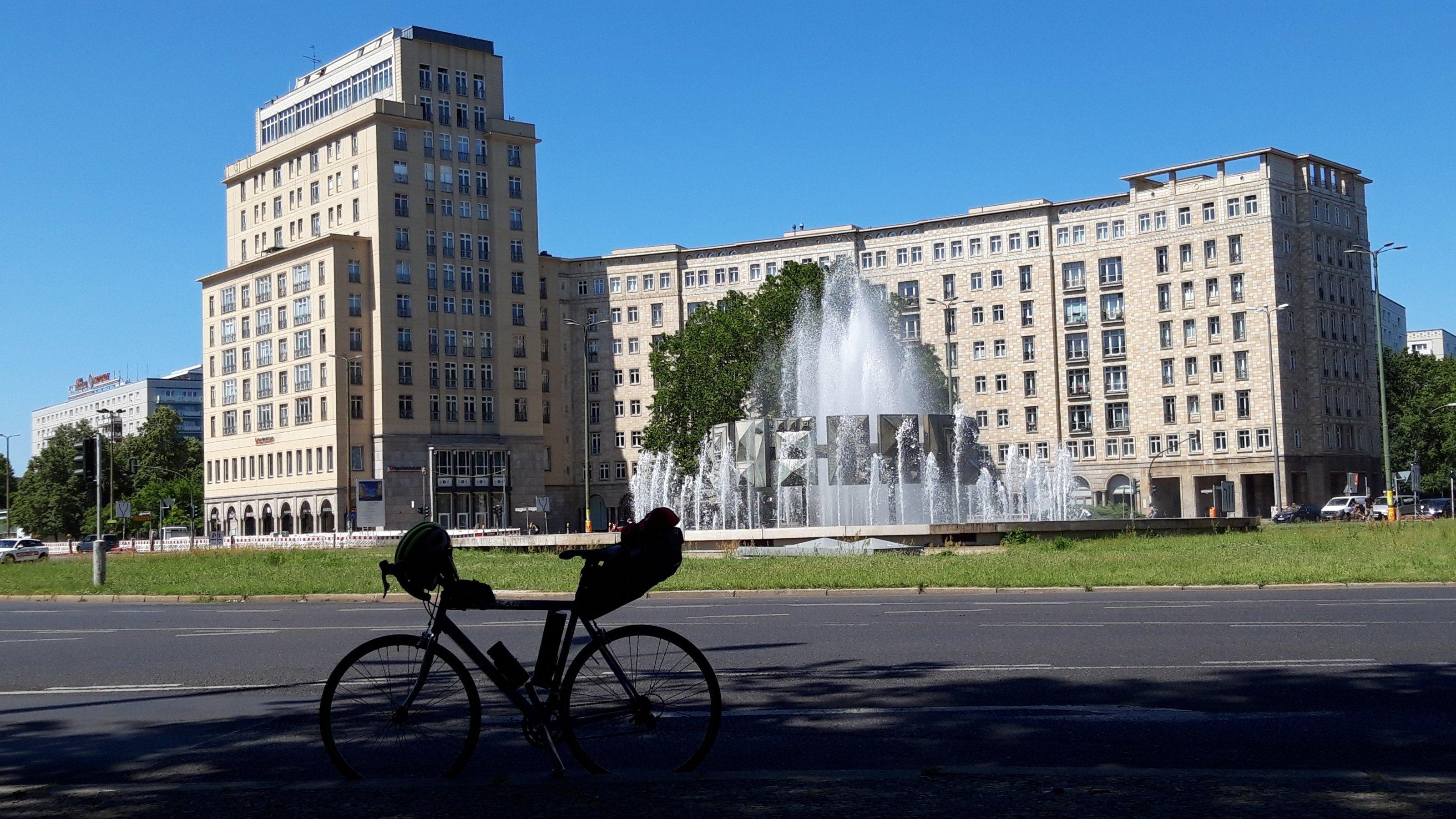 Springbrunnen vor brutalistischer Architektur.