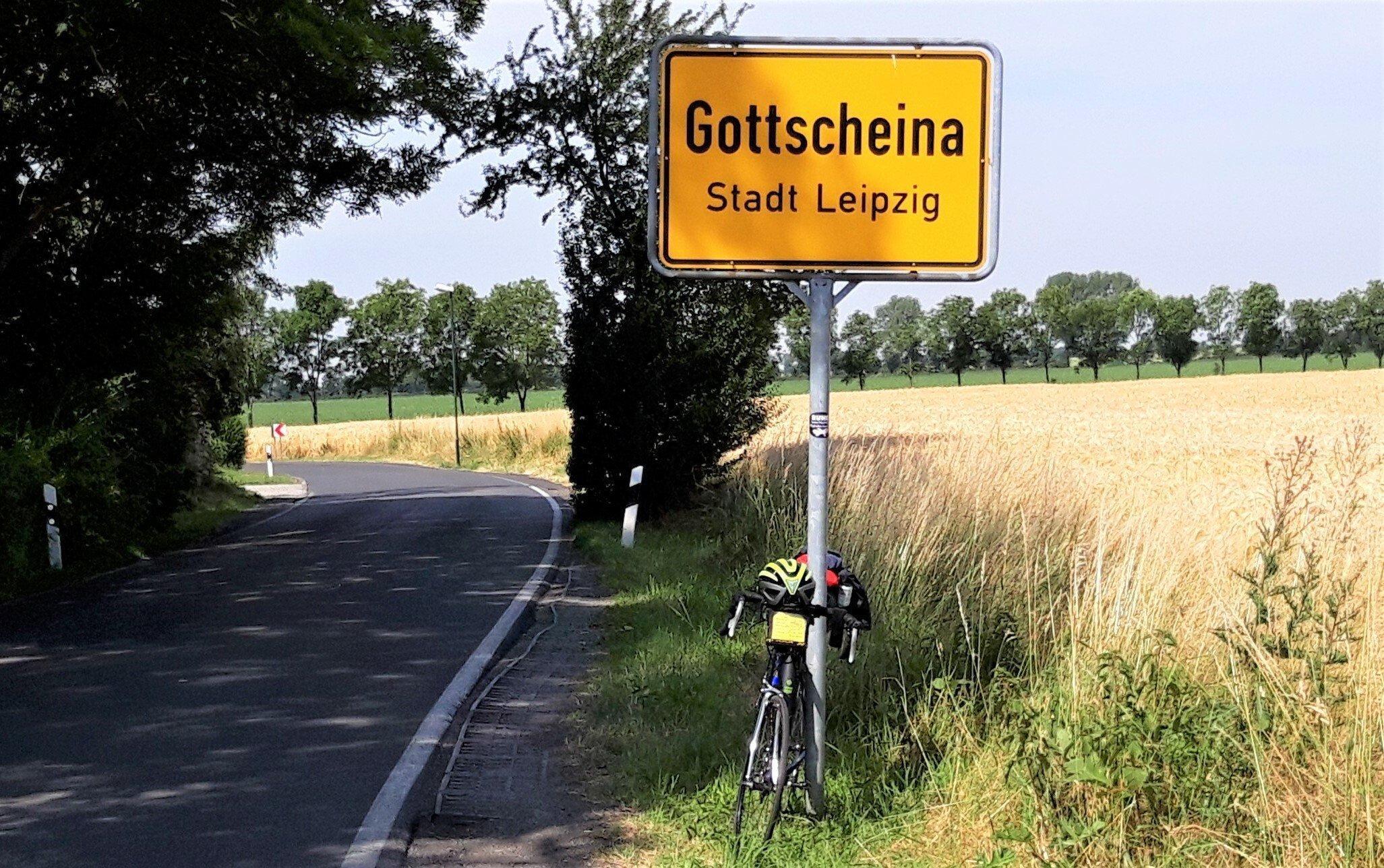 Das Rad des Autors lehnt am Ortsschild von Gottscheina, Stadt Leipzig