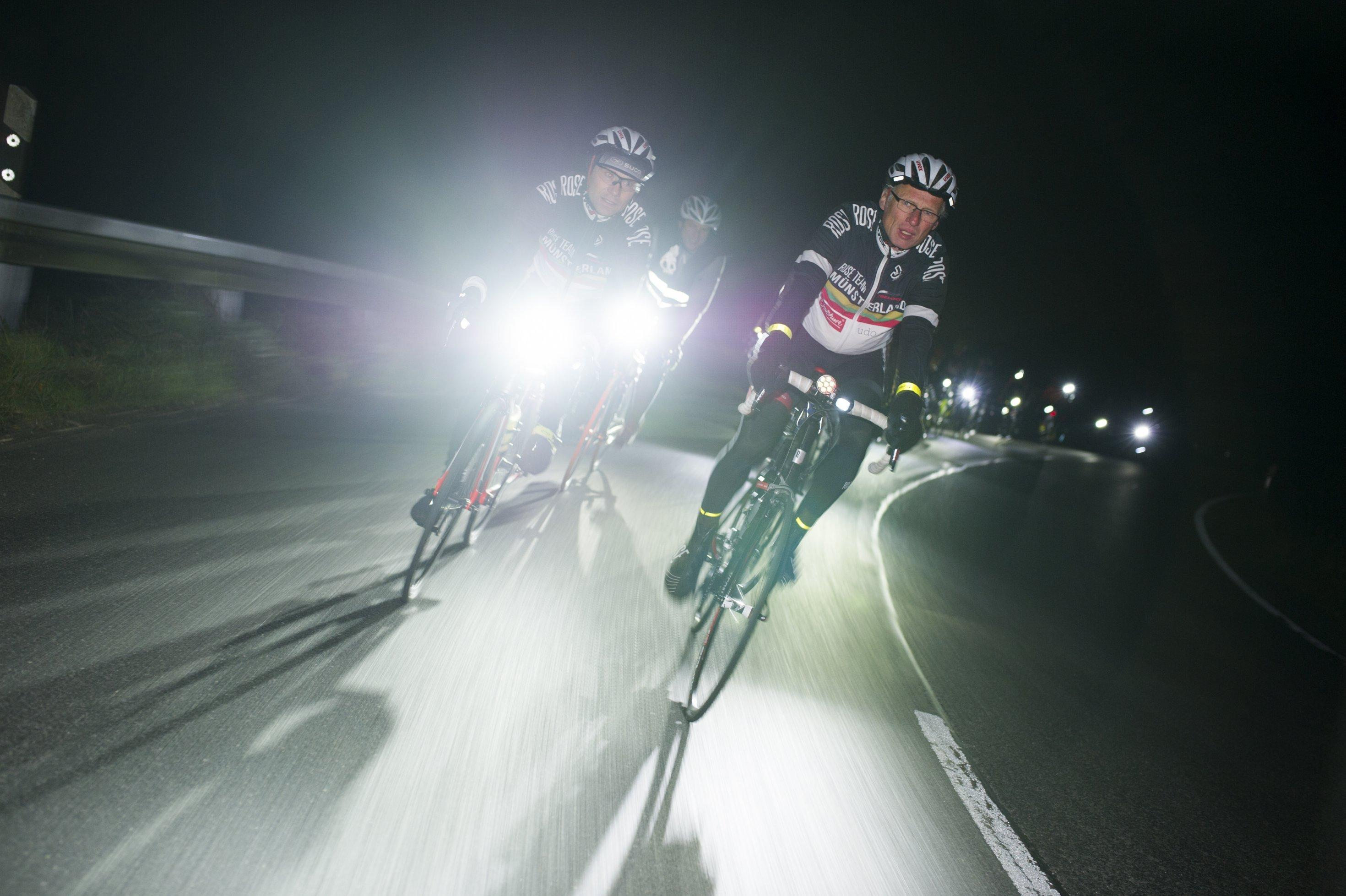 Frontalaufnahme von drei Radfahrern auf der Straße.