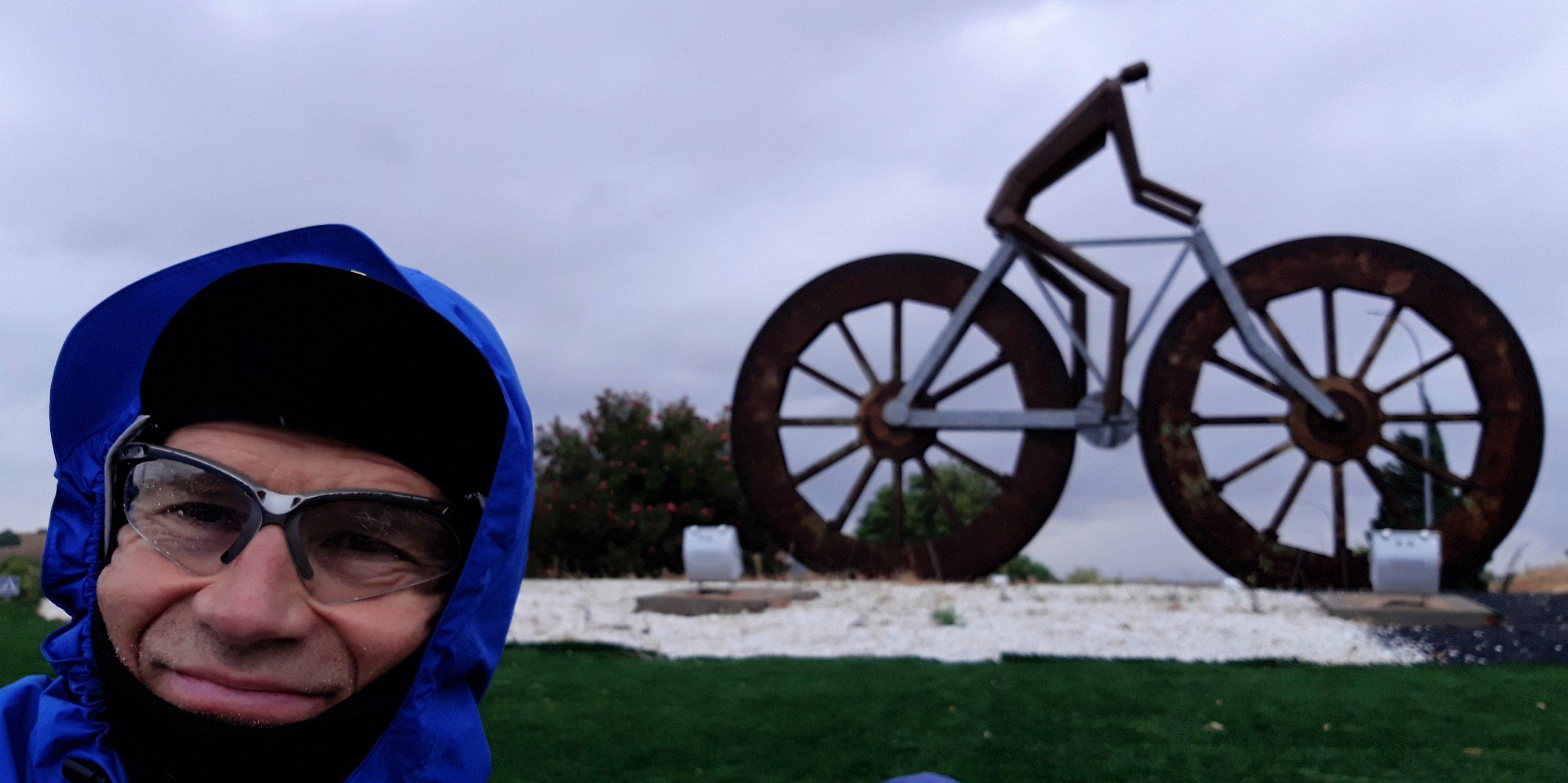 Der Autor vor einem Rennradler-Monument