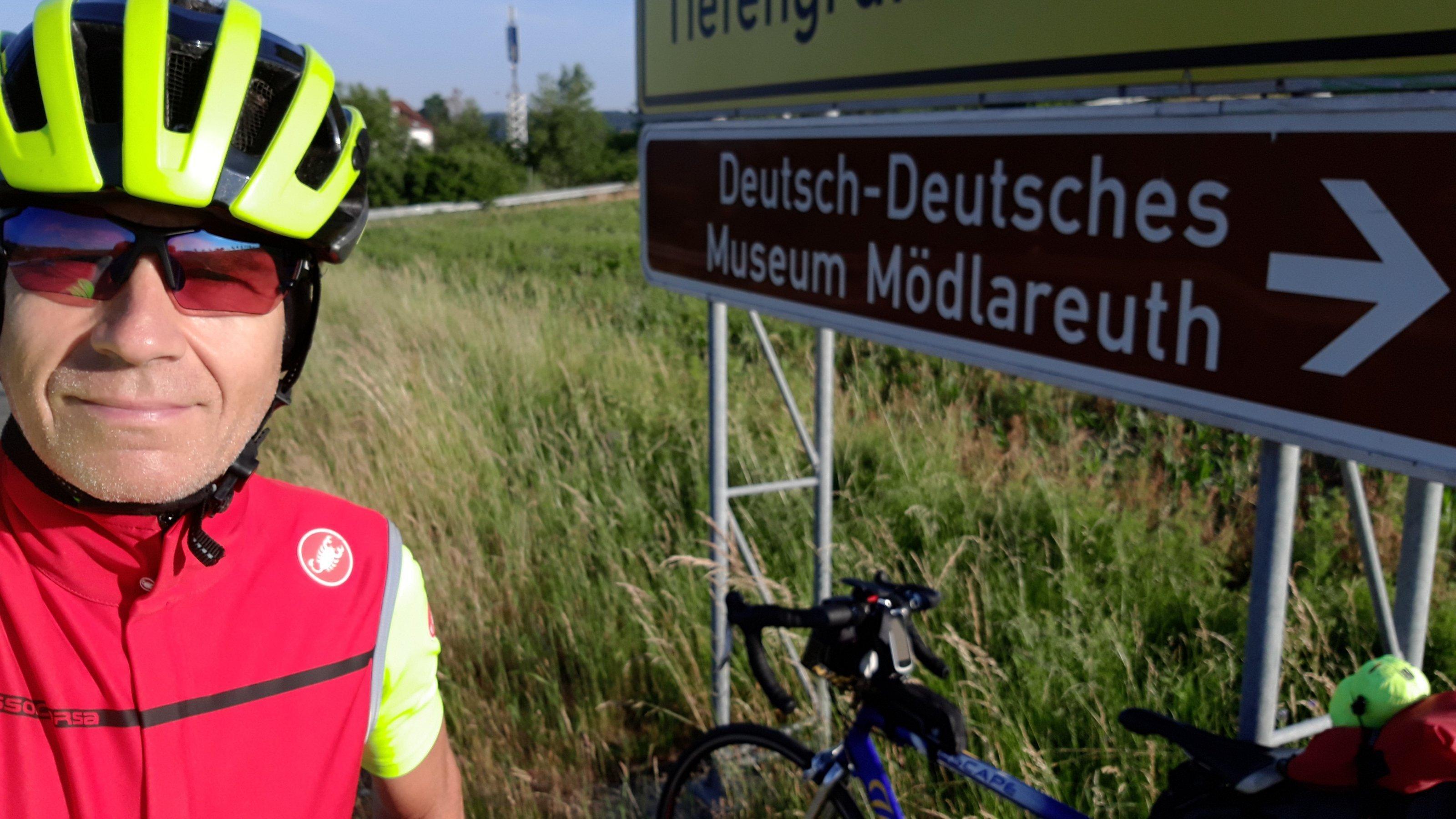"""""""Deutsch-Deutsches Museum Mödlareuth"""", verheißt das Straßenschild."""
